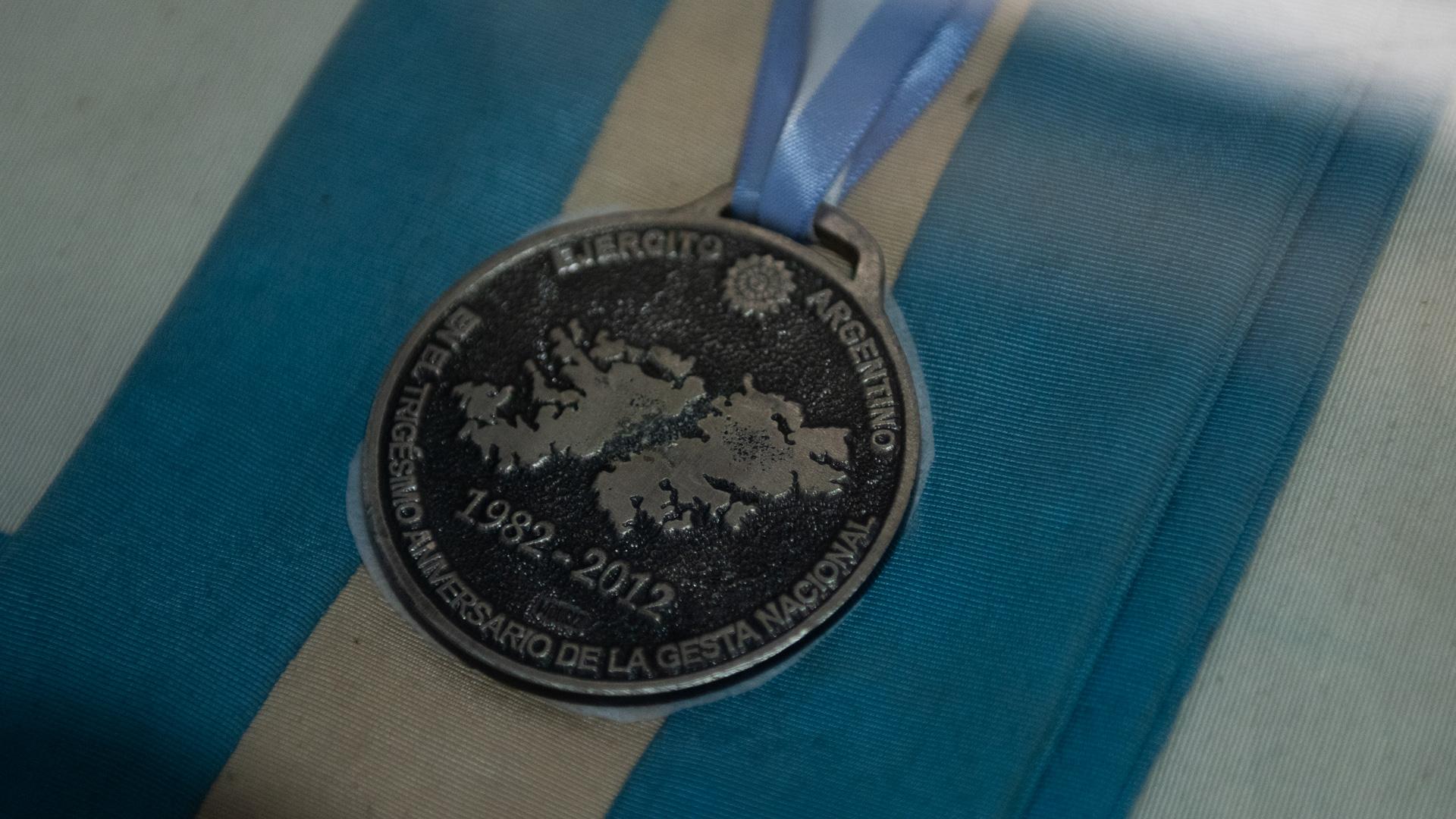 Detalle de una medalla conmemorativa al cumplirse el trigésimo aniversario de la guerra de Malvinas