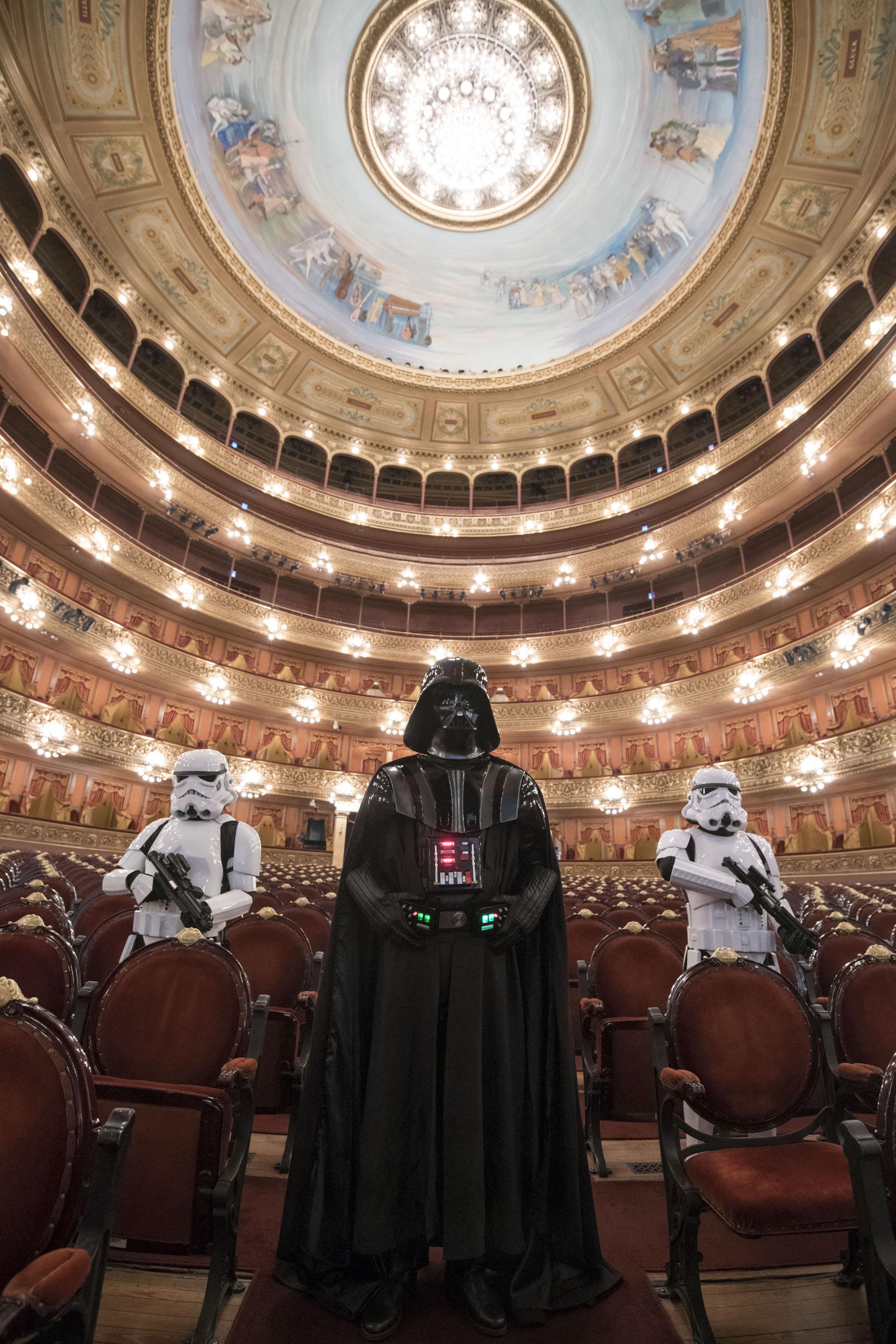 Los personajes de Star Wars cautivaron a grandes y chicos, quienes antes de la función no dudaron en tomarles fotografías y grabarlos con sus celulares