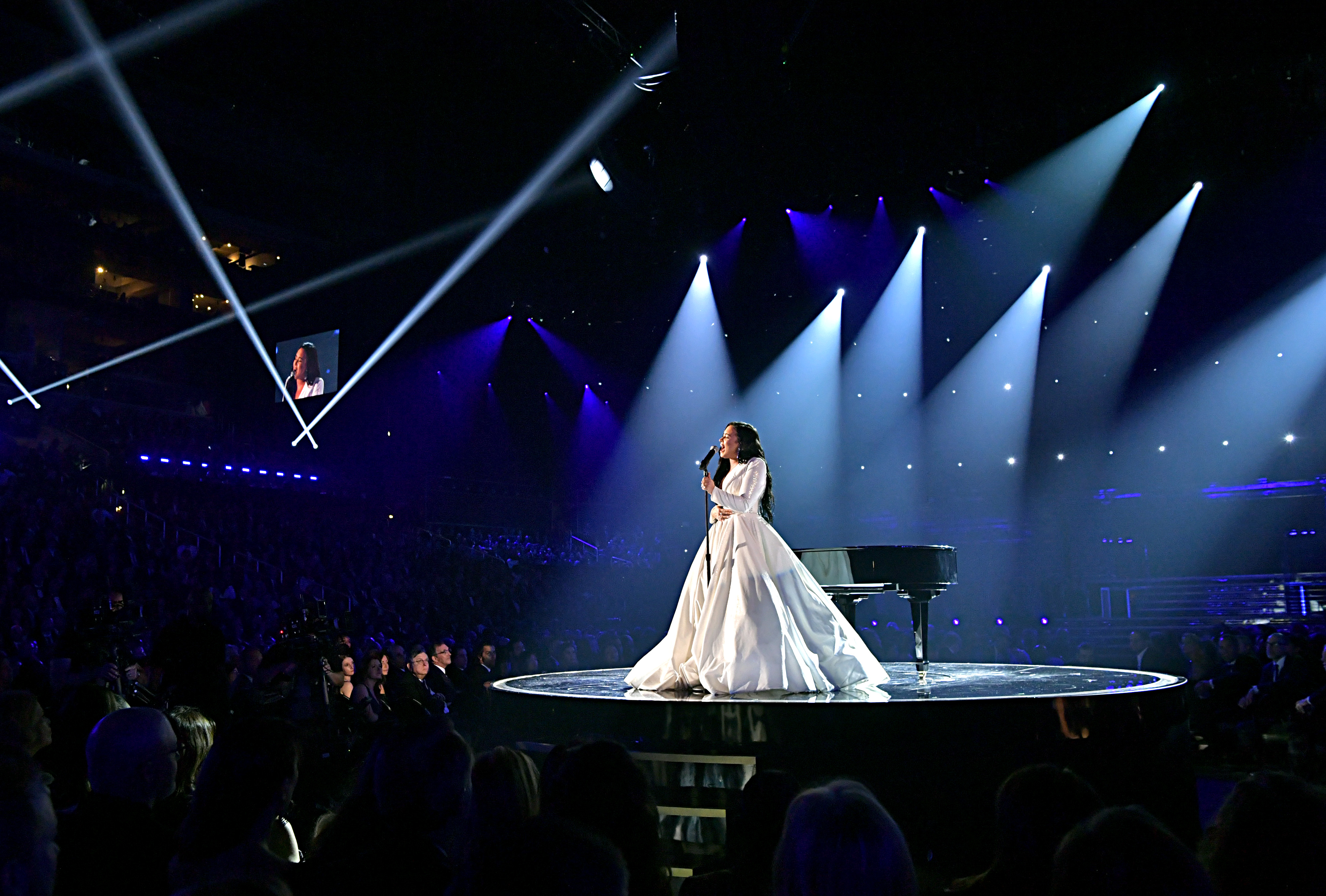 Demi Lovato - Lució un vestido blanco de mangas largas con solapas by Cristian Siriano con detalles de tachas en el escote cuadrado