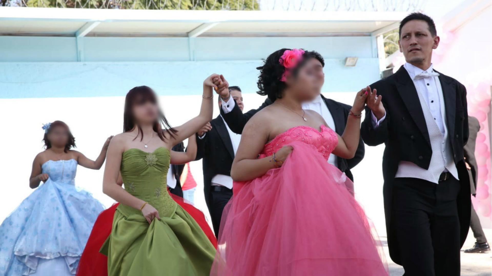 Las festejadas fueron acompañadas por sus chambelanes, bailarines de la escuela