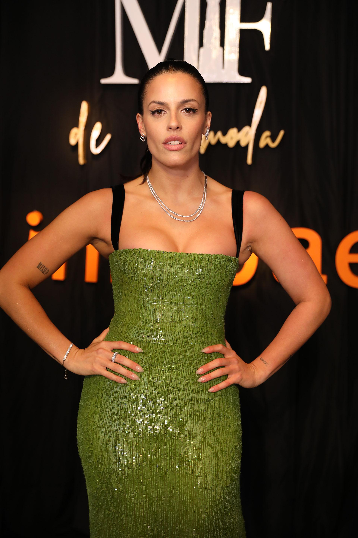 La influencer Agustina Marzari Bobbio con un vestido de Javier Saiach color verde al cuerpo, con cola de género de paillettes, escote recto y breteles en terciopelo negro