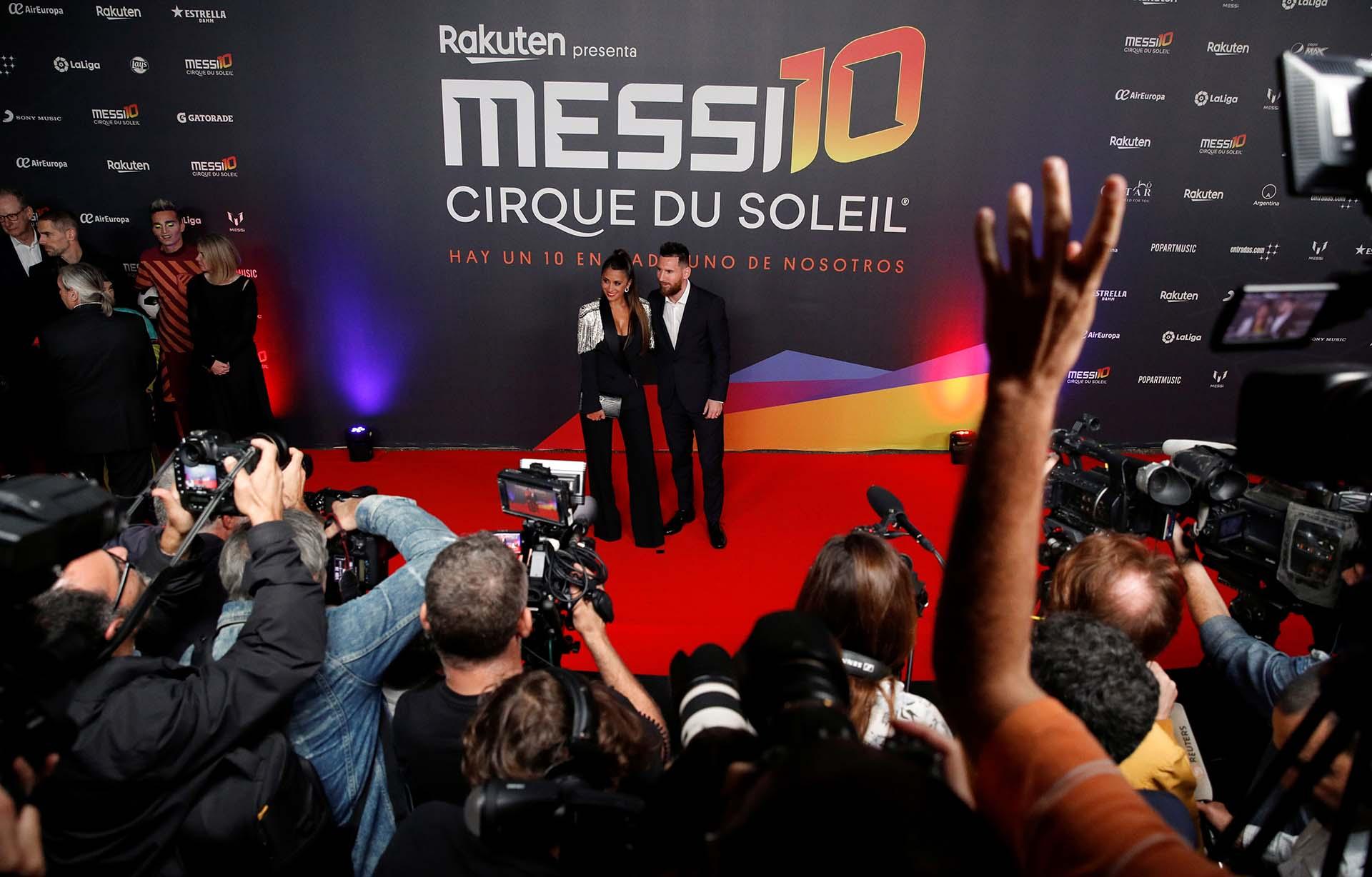 Lionel Messi y Antonela Roccuzzo se lucieron en la premiere del nuevo show del Cirque du Soleil, inspirada en la vida del crack argentino, en Barcelona (Reuters / Albert Gea)