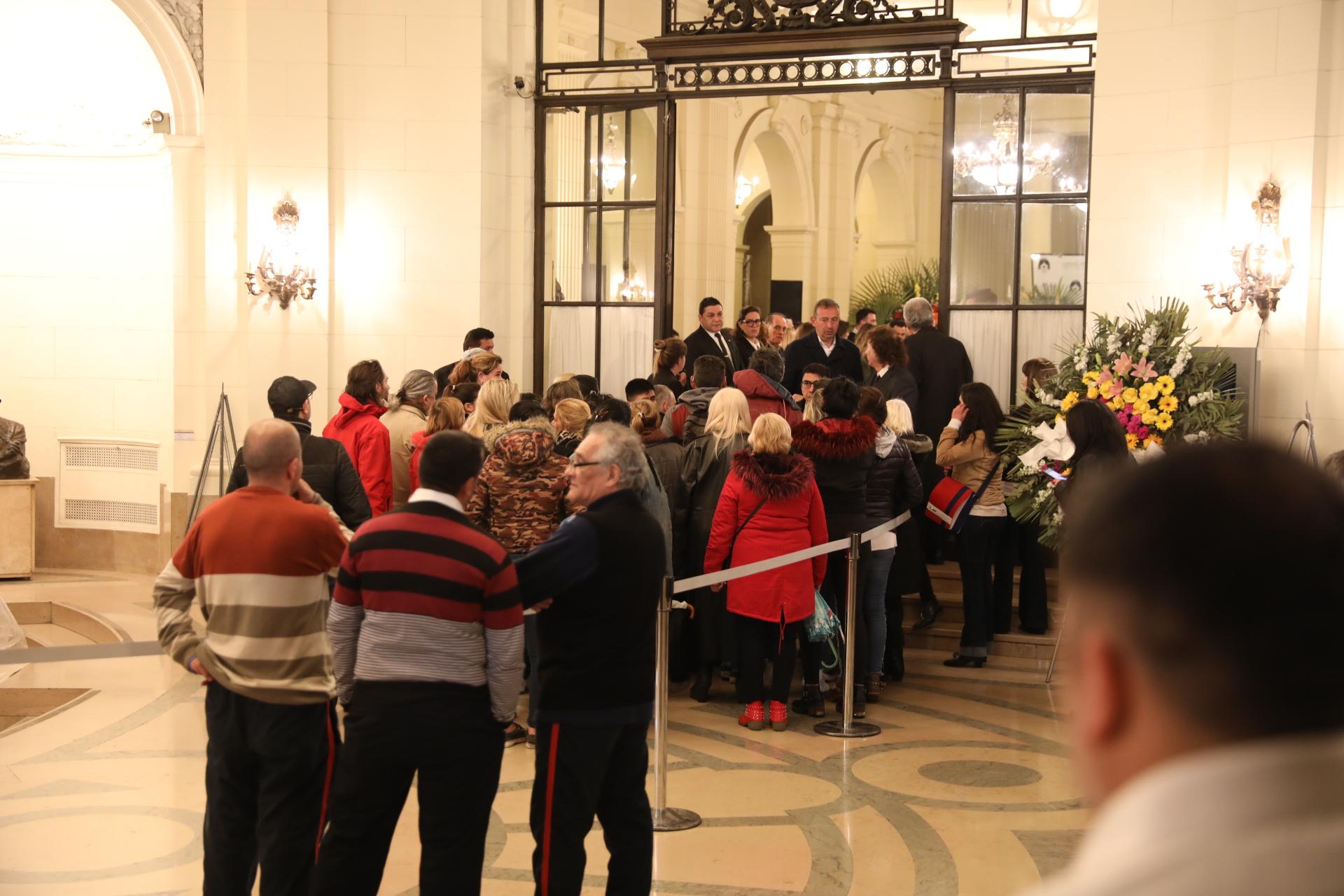 Una multitud le dan el último adiós al popular cantante Cacho Castaña (Foto: Teleshow/Chule Valerga)