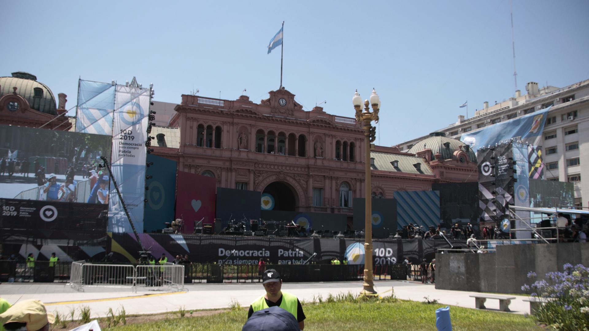 El escenario montado sobre el frente de la Casa Rosada recibirá a una decena de músicos y artistas