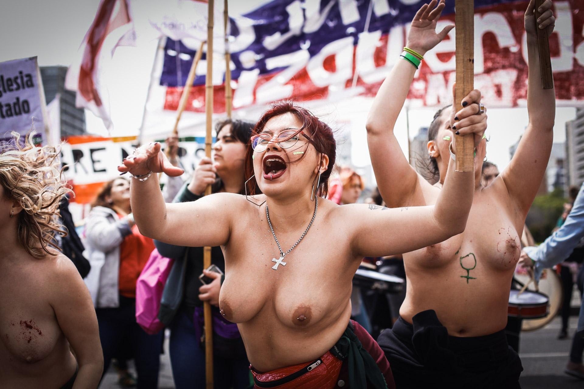 """El frío no logró apabullar a las chicas que marchaban en tetas con consignas pintadas en sus torsos, festejando la libertad de sus cuerpos, rodeadas de otras mujeres, seguras. """"Mi cuerpo, mi decisión"""