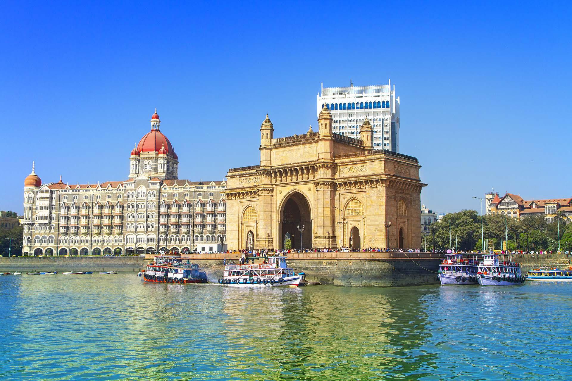 Tiene la industria cinematográfica más prolífica de la India, algunos de los barrios marginales más grandes de Asia (así como el hogar más caro del mundo) y el bosque tropical más grande en una zona urbana. Mumbai es la potencia financiera de la India, el epicentro de la moda y un punto de tensión religiosa