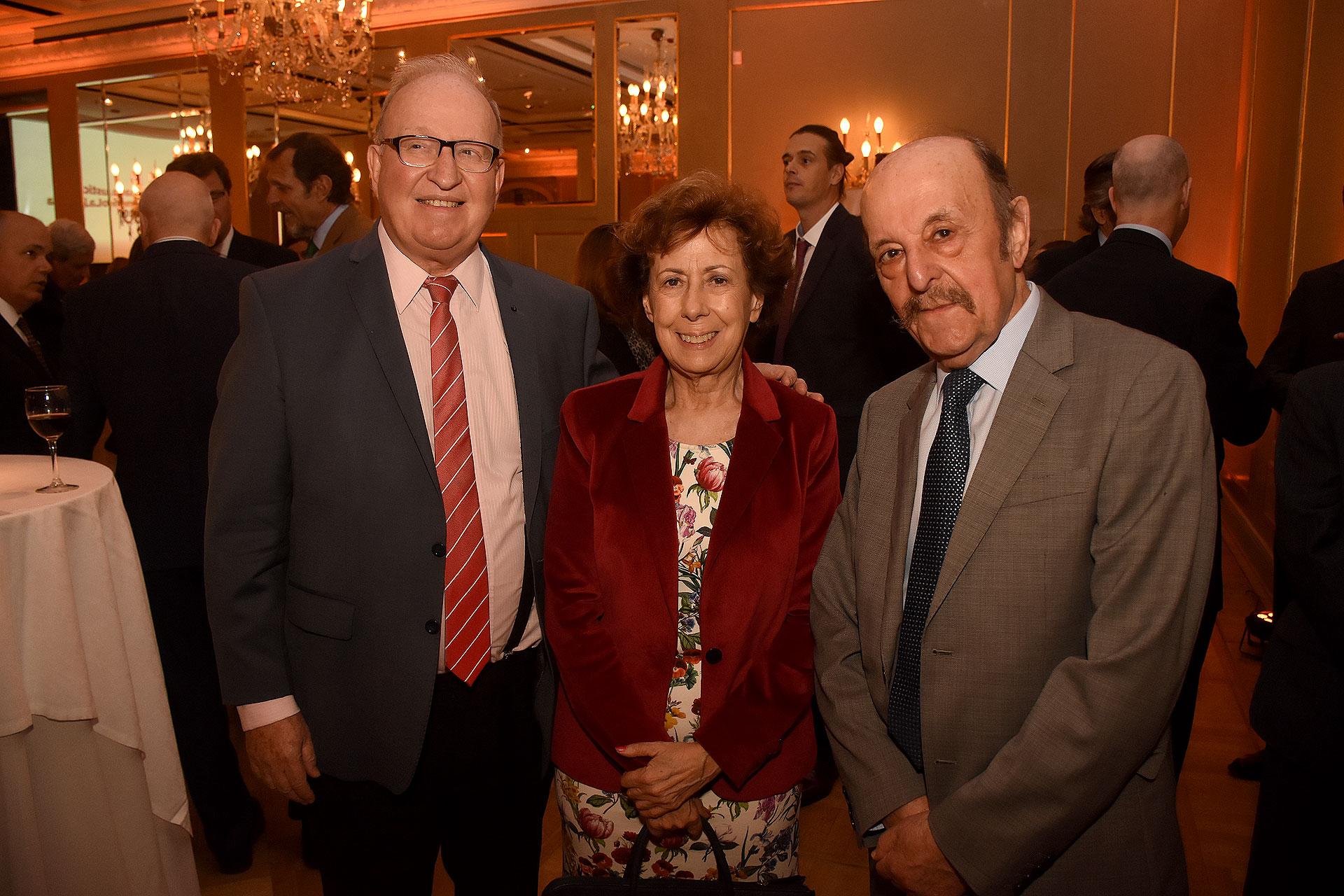 El director de la carrera de posgrado en Derecho Constitucional (UBA), Daniel Sabsay, la periodista Clara Mariño y Julio Barbaro
