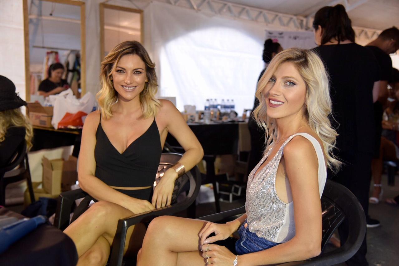Sofìa Macaggi y Cande Ruggeri en el backstage del desfile. Desde las 16 horas las modelos top se prepararon tras bastidores para el comienzo oficial