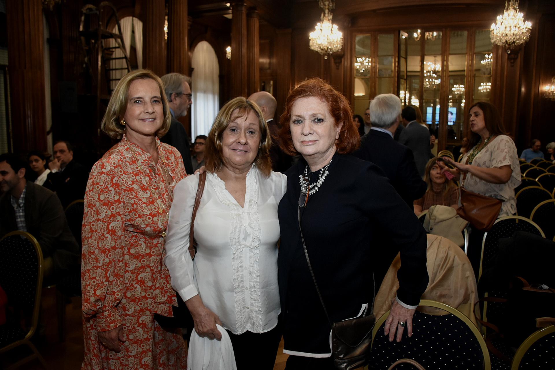 Teresa y Aguirre Lanari junto a la presidente de ALPI, Teresa Teresa González Fernández