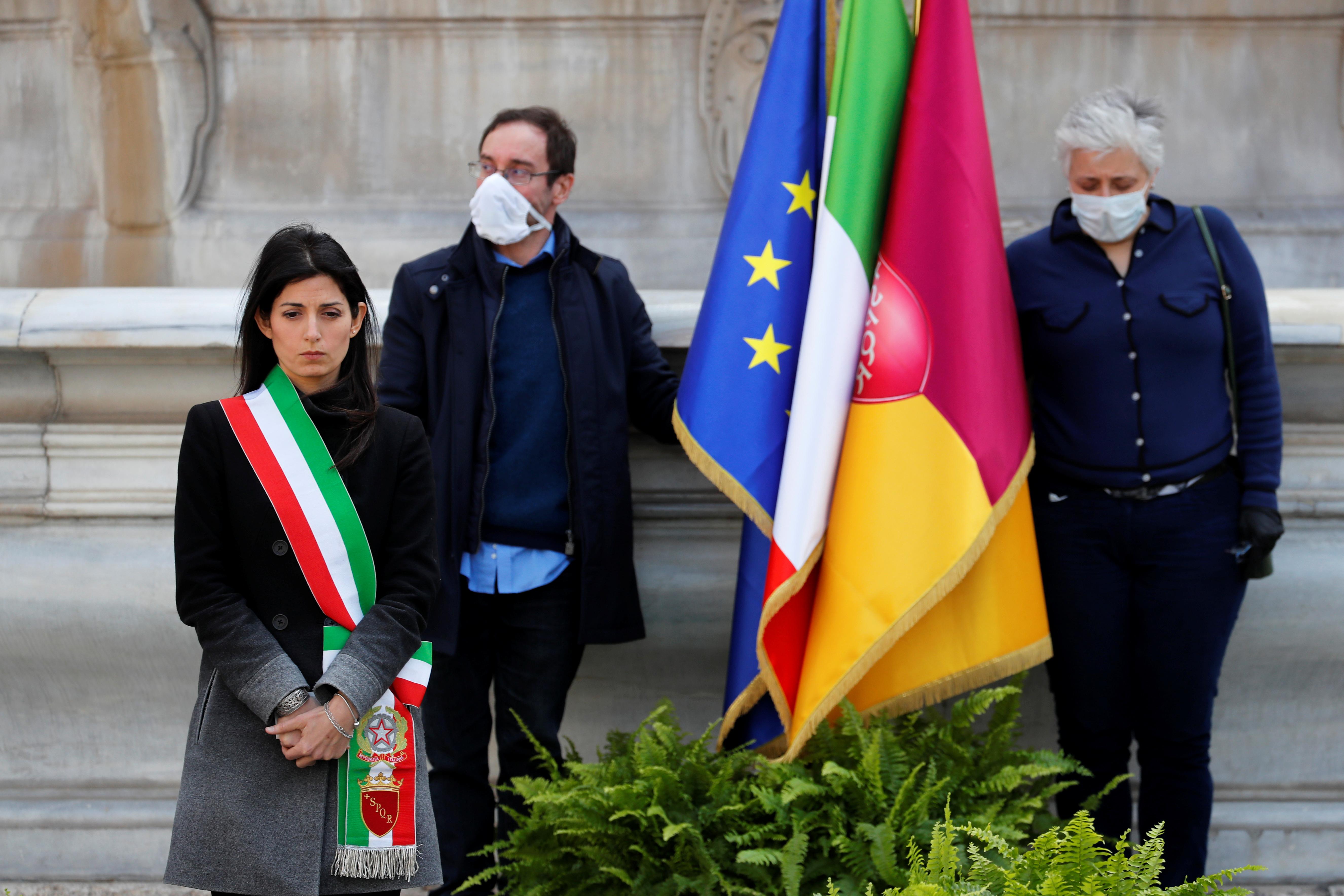 La alcaldesa Virginia Raggi en la plaza del Capitolio, en Roma (REUTERS/Remo Casilli)
