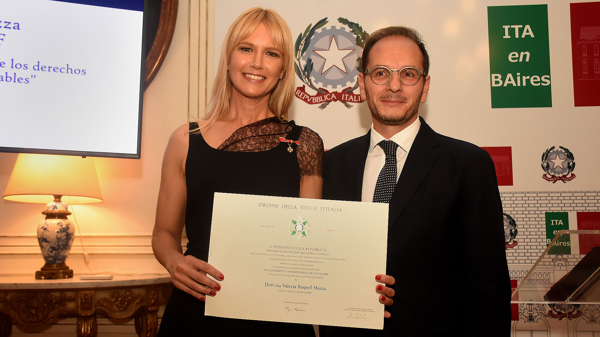 """Valeria Mazza junto al embajador de Italia en la Argentina, Giuseppe Manzo, en la ceremonia donde la modelo y empresaria fue reconocida con la condecoración del """"Ordine della Stella d'Italia"""""""