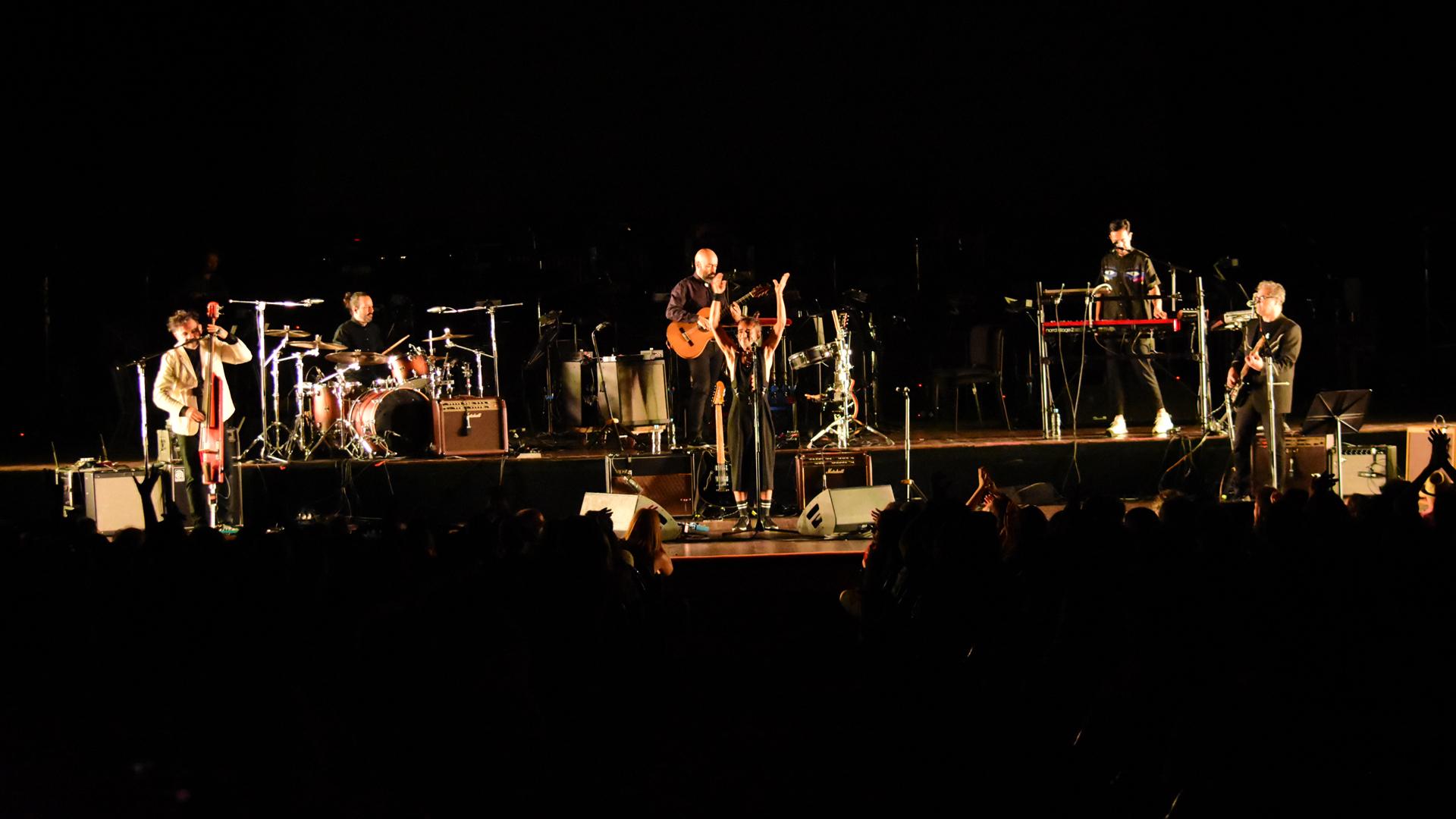 El comienzo del recital había sido sinfónico, con una orquesta dirigida por Natalia Dorfman. Luego la banda retomó su pulso y formato rockero para seguir tocando sus éxitos