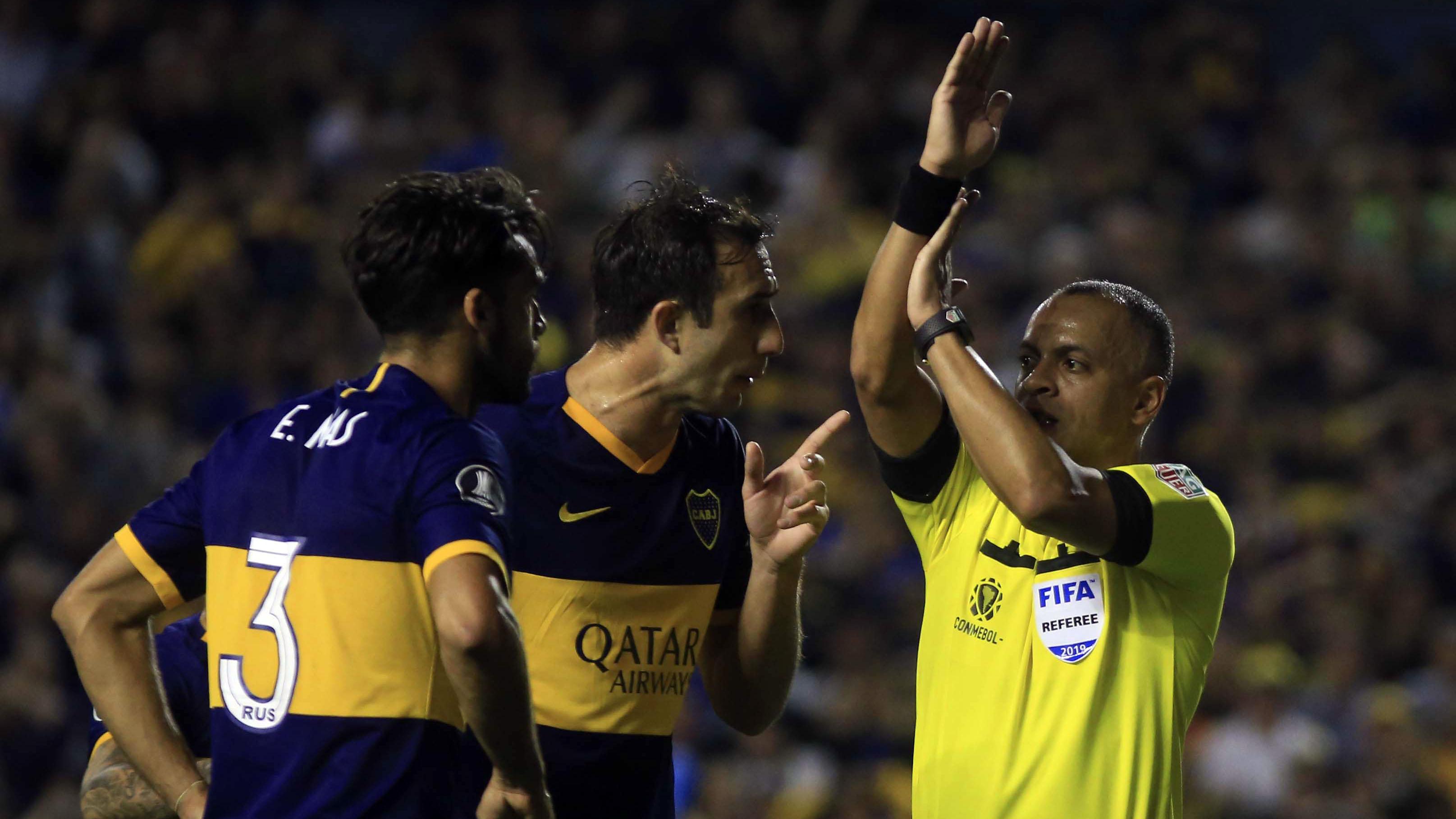 Pese a las protestas de los jugadores de Boca, el árbitro brasileño fue firme en su decisión e invalidó el gol
