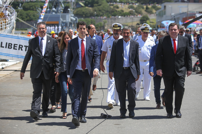 El acto formal de bienvenida lo encabezaba el ministro de Defensa, Agustín Rossi, acompañado por el jefe de Gabinete, Santiago Cafiero, y los ministros del Interior, Eduardo