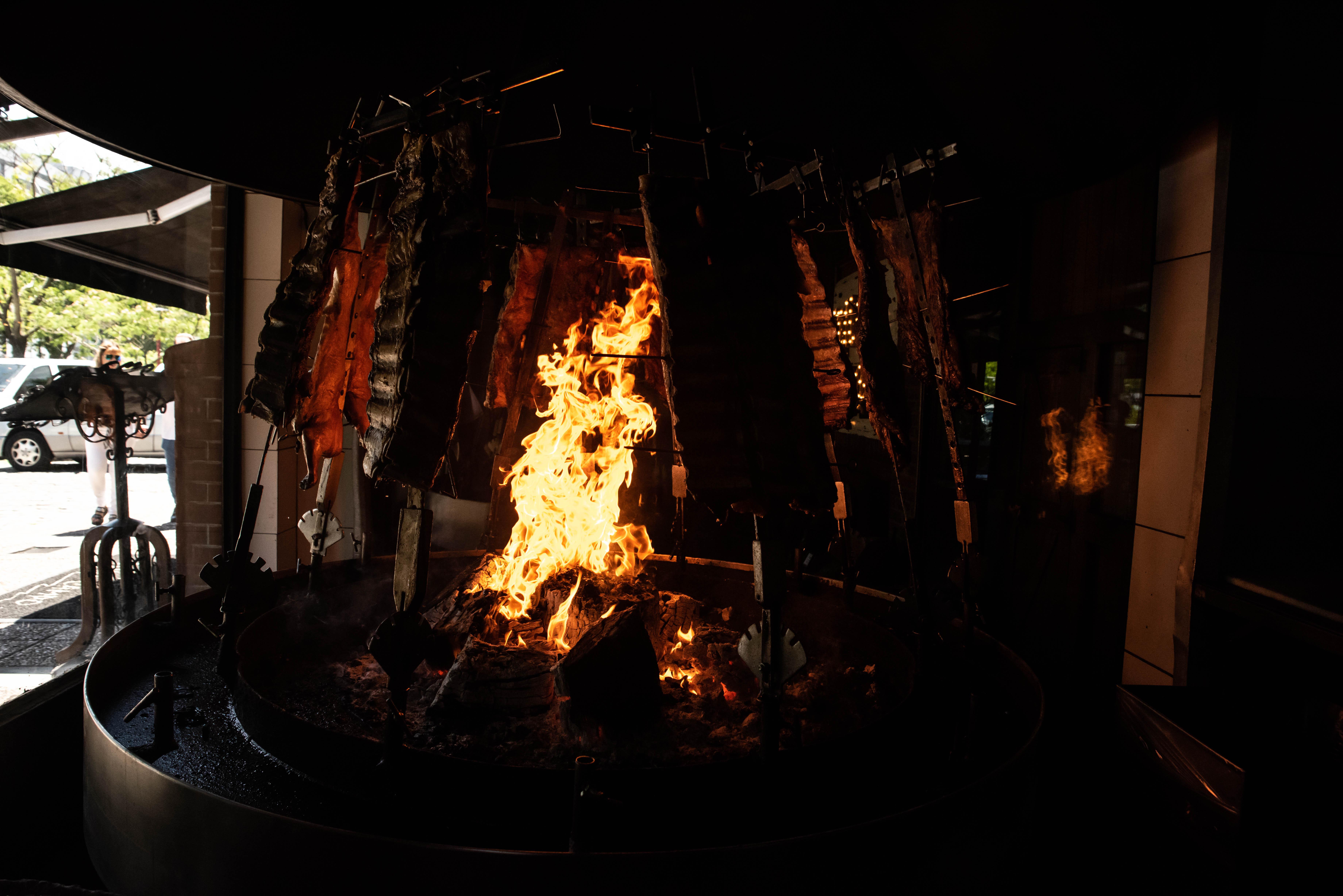 Las brasas están a la vista y se pueden ver desde la calle. Todos los costillares se cocinan a la llama y eso es lo que los caracteriza hace más de 20 años