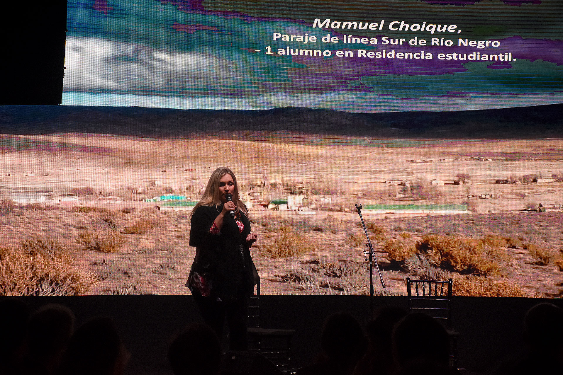 Mariana Battaglini, directora ejecutiva de Cruzada Patagónica, durante su discurso. Por medio de la celebración y, con la convicción de que acompañar a los jóvenes mediante una educación integral es el camino, La Noche de la Patagonia se convirtió en un clásico para seguir soñando mejores oportunidades para la población rural