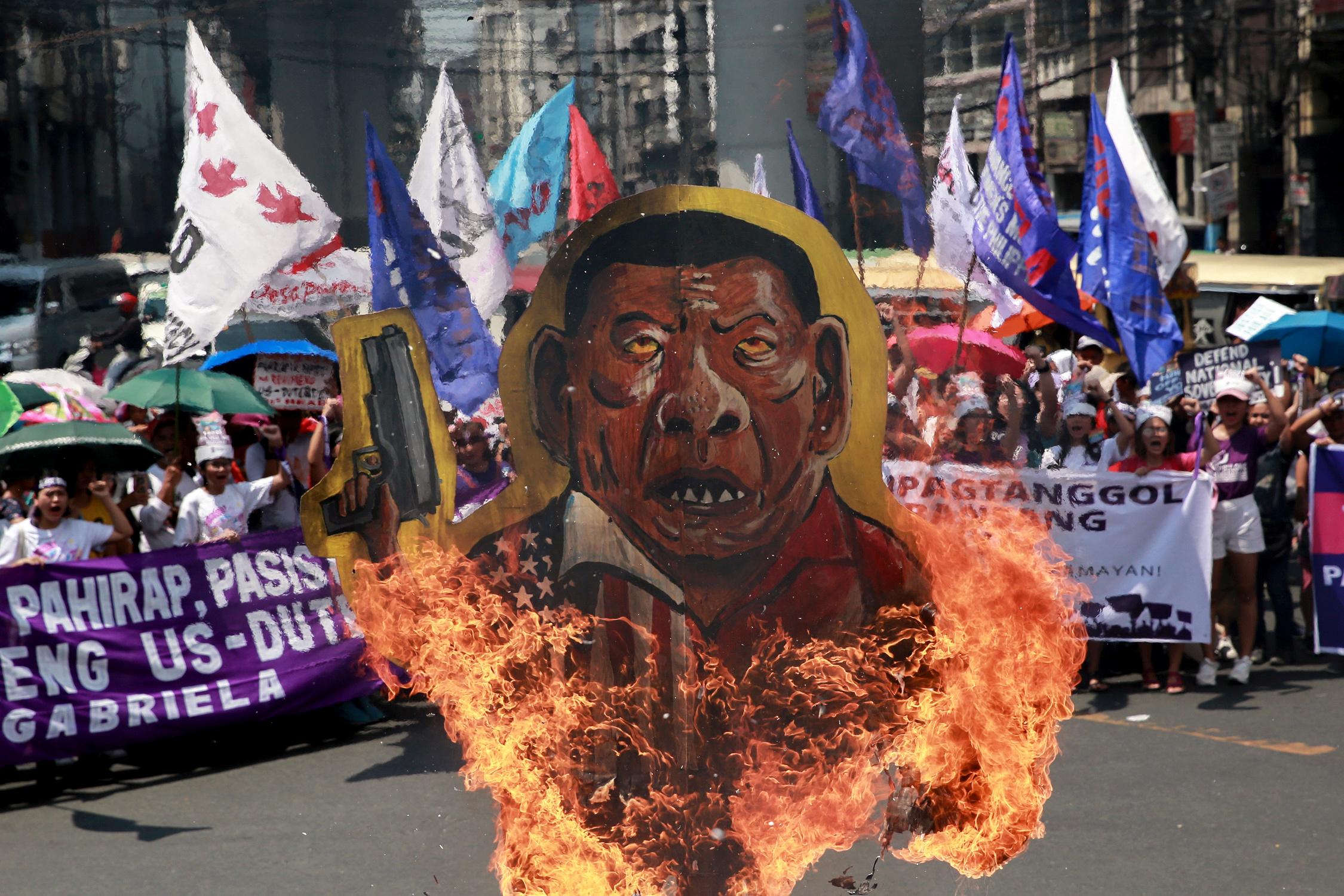 Manifestantes queman una efigie de Rodrigo Duterte en Manila (REUTERS/Eloisa Lopez)