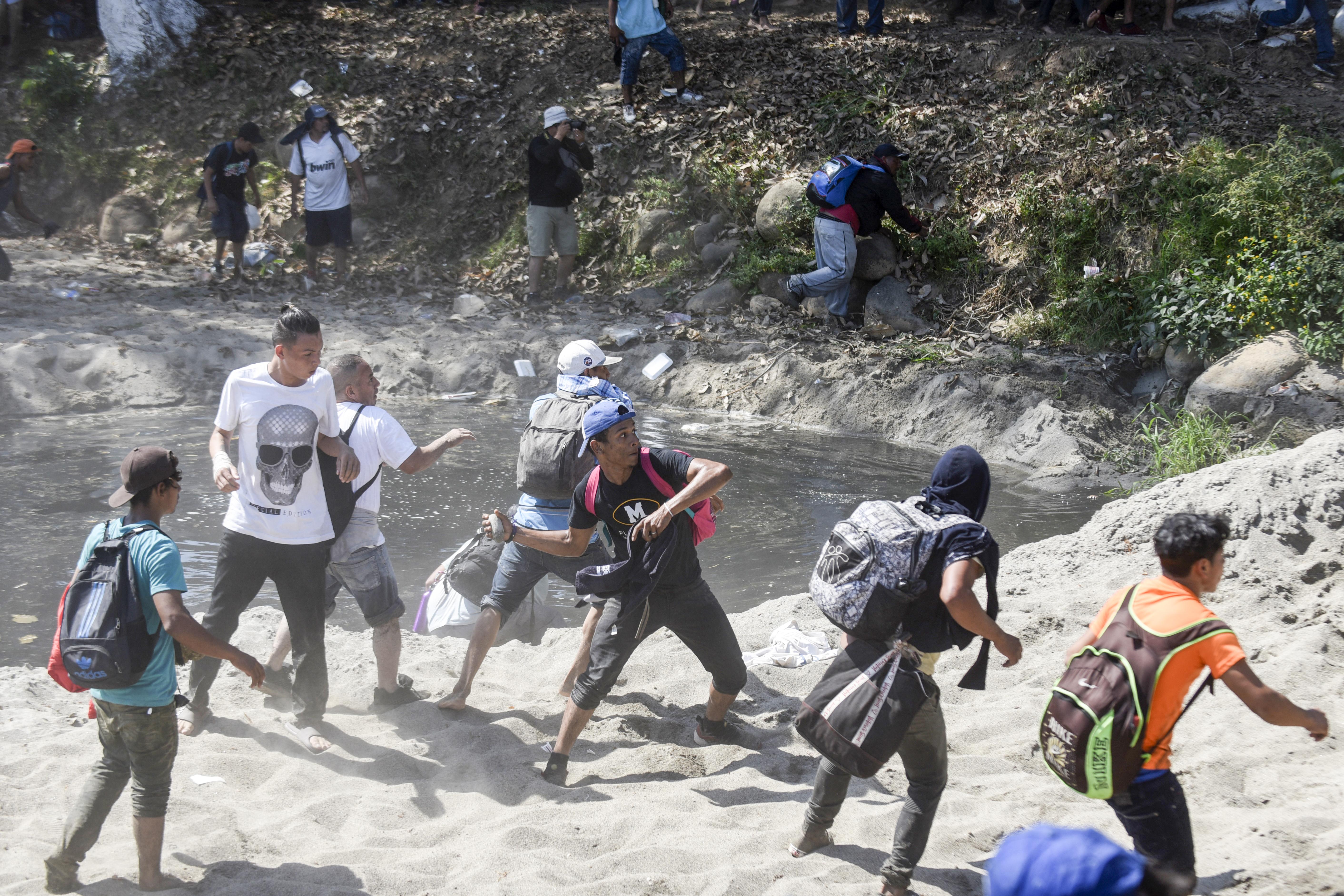 Algunos migrantes agredieron con piedras a los elementos de la Guardia Nacional por lo que estos últimos respondieron las agresiones con gas lacrimógeno (Foto: Johan Ordoñez/AFP)