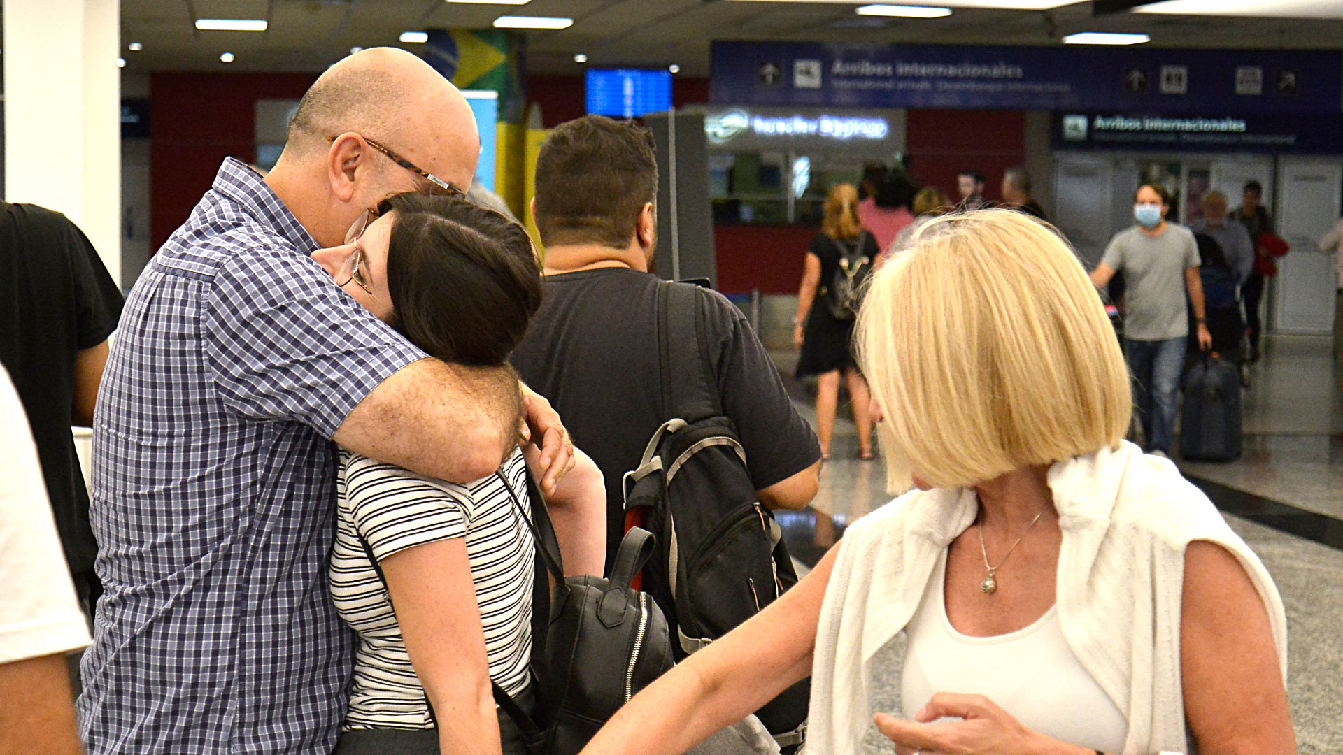 El vuelo 953 de American Airlines aterrizó en Buenos Aires a las 10:45 y, antes de hacer descender a las personas que estaban a bordo, el comandante informó que se había activado el protocolo para asistir a una persona que se sentía mal
