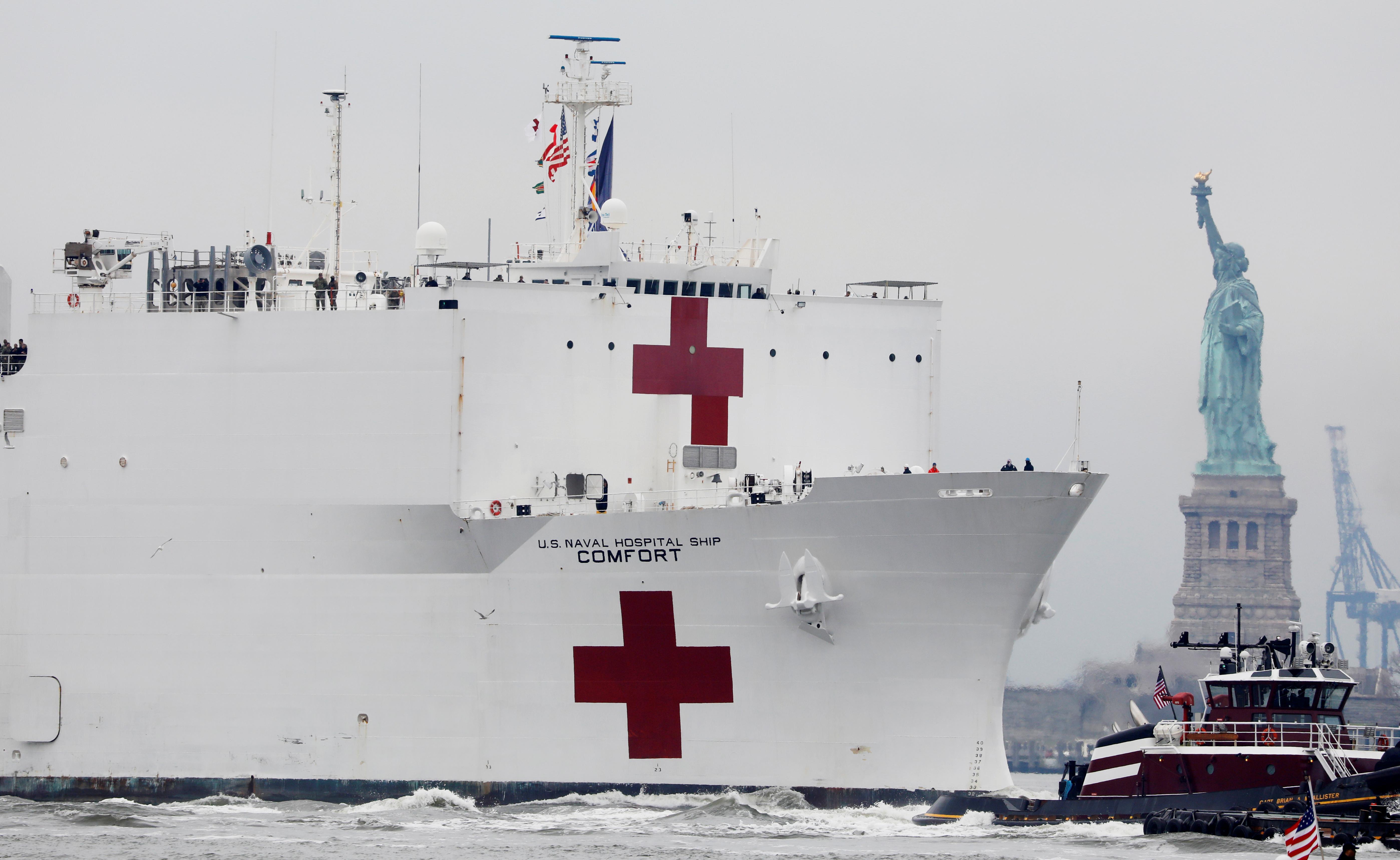 El mastodóntico buque ha pasado junto a la emblemática Estatua de la Libertad acompañado por varias embarcaciones y helicópteros y ante la atenta mirada de unas pocas decenas de testigos que estaban en el lugar, respetando las regulaciones de distanciamiento social