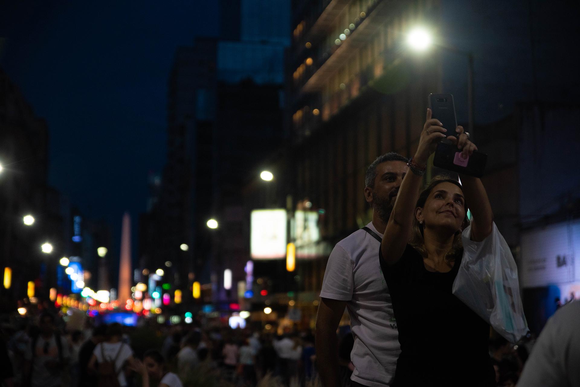 Una pareja disfruta de La Noche de las Librerías.