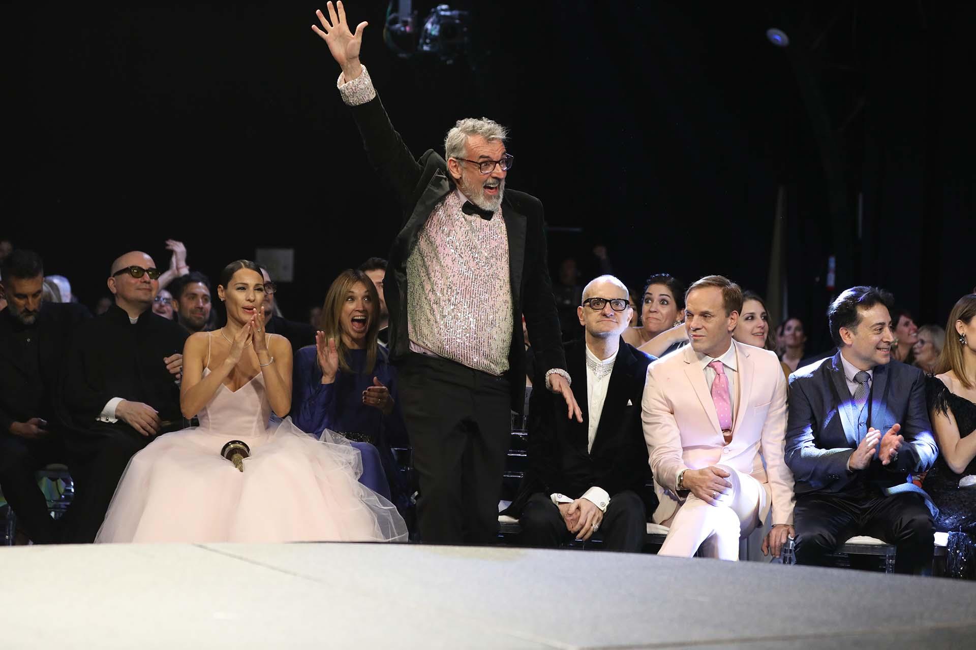 ¡Arriba las manos! Benito Fernández celebra el premio del programa Corte y Confección, El Trece, un éxito de LaFlia que ya fue vendido a México, Portugal y España