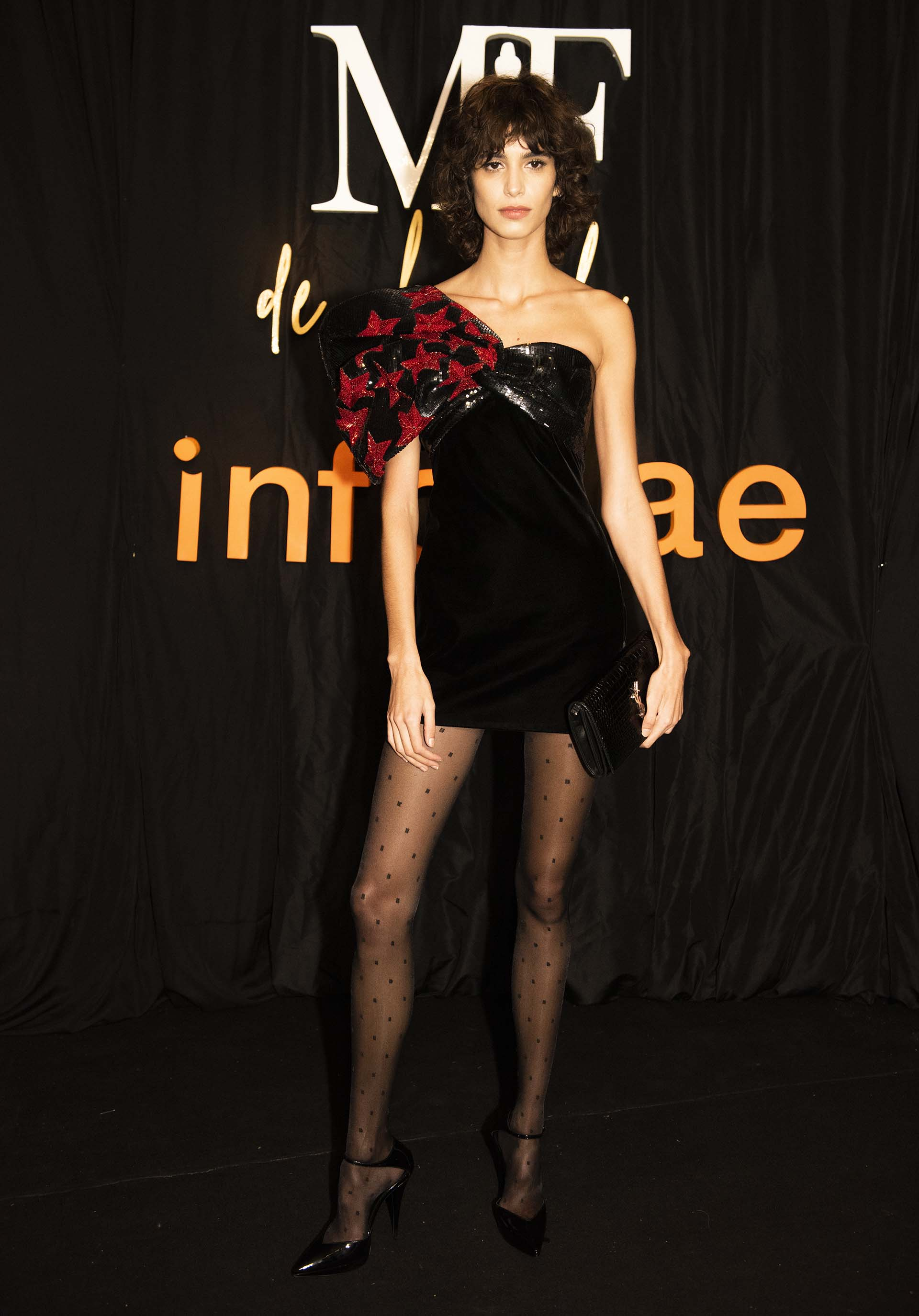 La modelo Mica Argañaraz vestida por Yves Saint Laurent. GAnó la estatuilla a la mejor modelo. Las mejores marcas del mundo la quieren en sus campañas.
