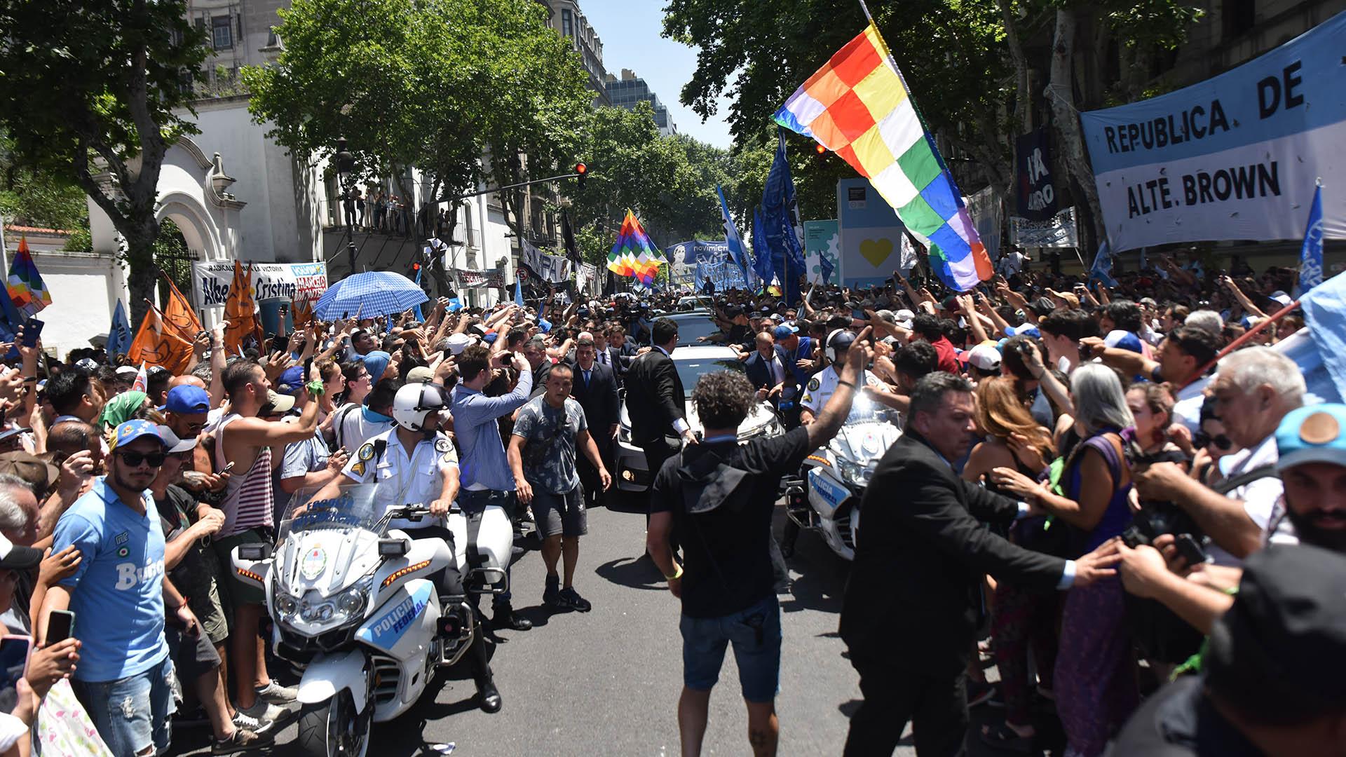 Una multitud se agolpó en las inmediaciones de la Casa Rosada para recibir y ovacionar al nuevo presidente del país