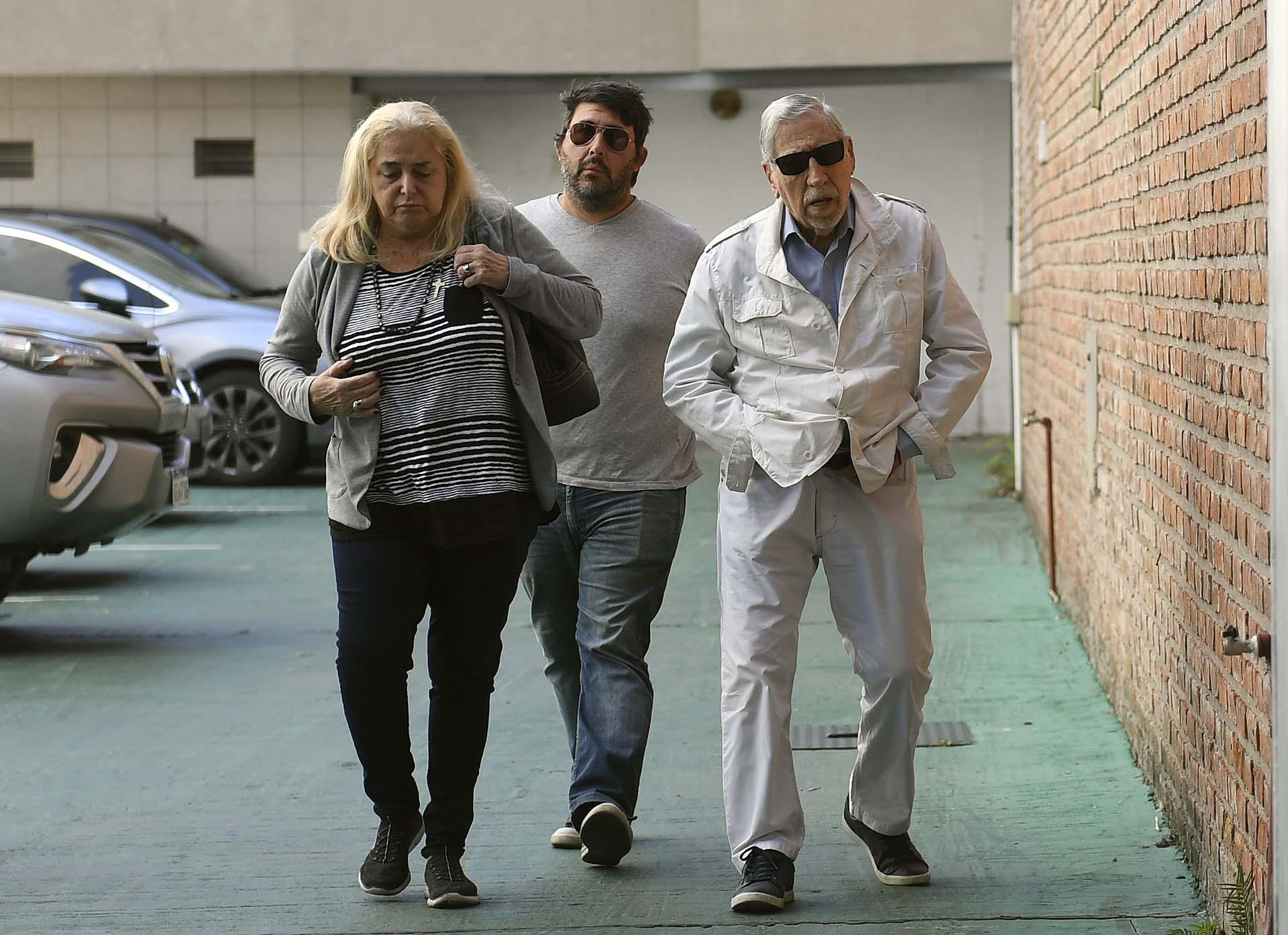Horacio Malvicino, presidente de la Asociación Argentina de Intérpretes (AADI), llegando a la despedida de Saravia