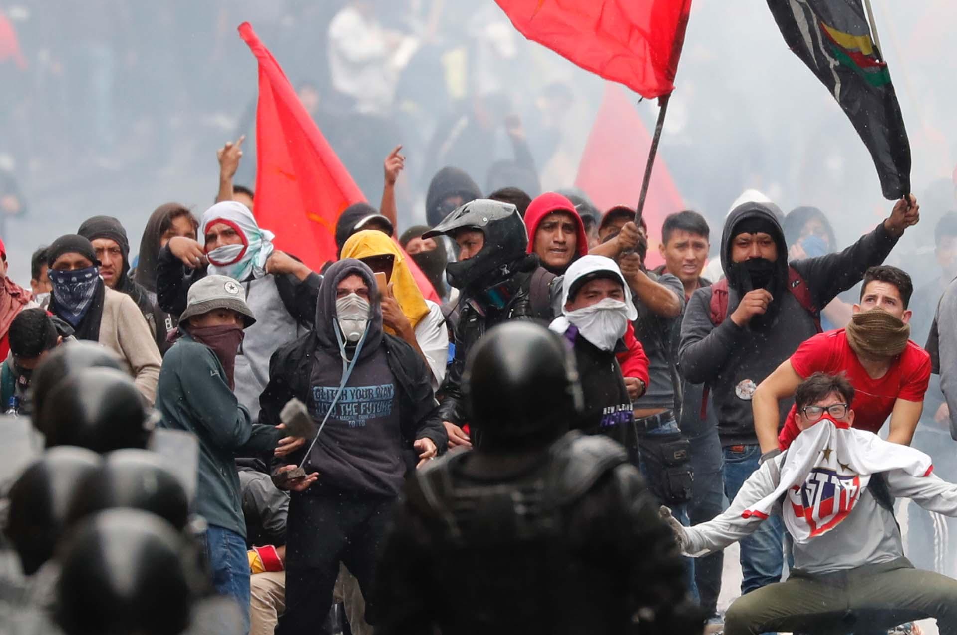 Cientos de estudiantes universtiarios se enfrentaron a la policía ecuatoriana (AP Photo/Dolores Ochoa)