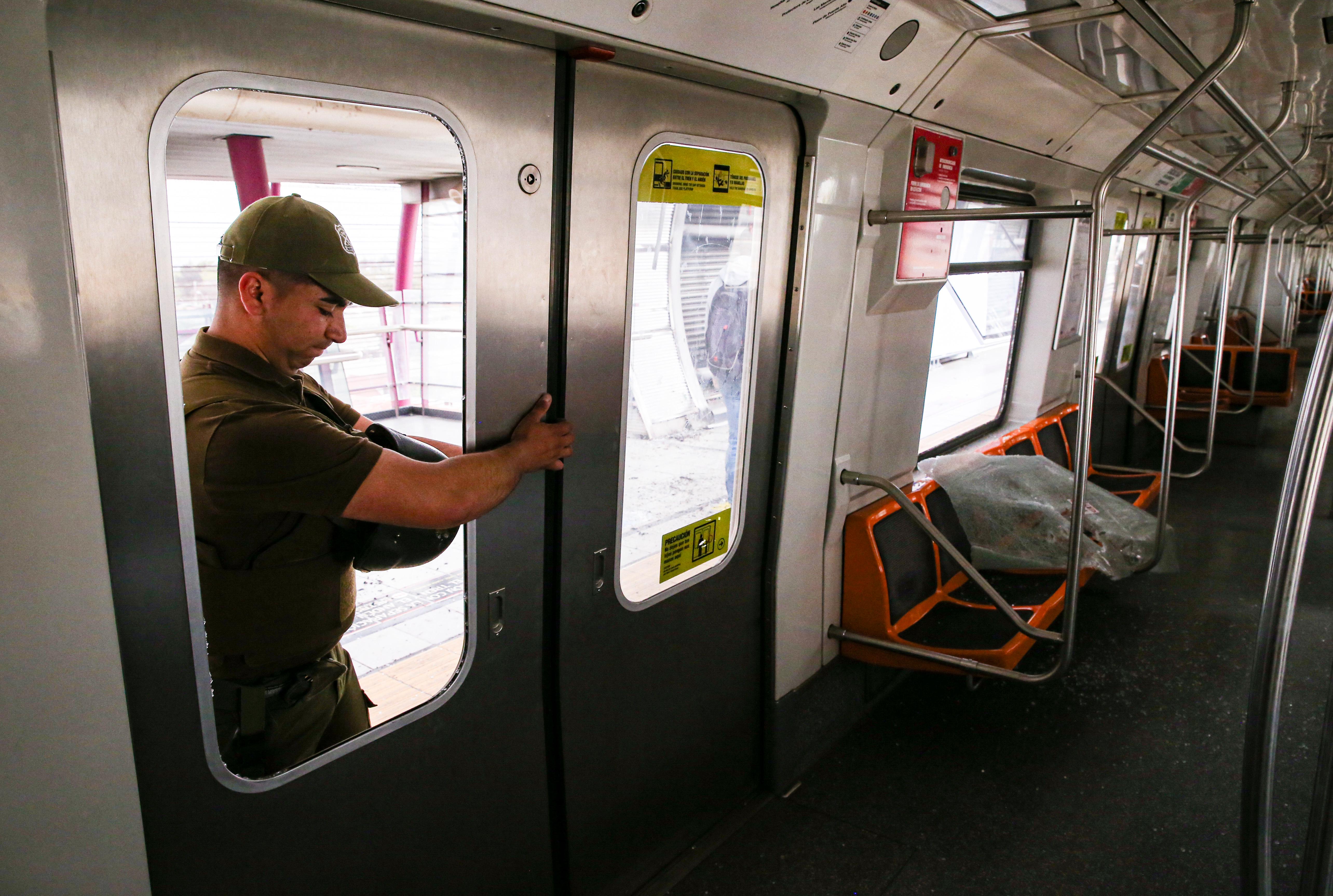 Cuando las manifestaciones desbordaron varios puntos de Santiago, con saqueos al comercio, enfrentamientos con la policía y militares y quemas de estaciones del metro, Piñera dio marcha atrás y suspendió el sábado el alza del boleto del metro