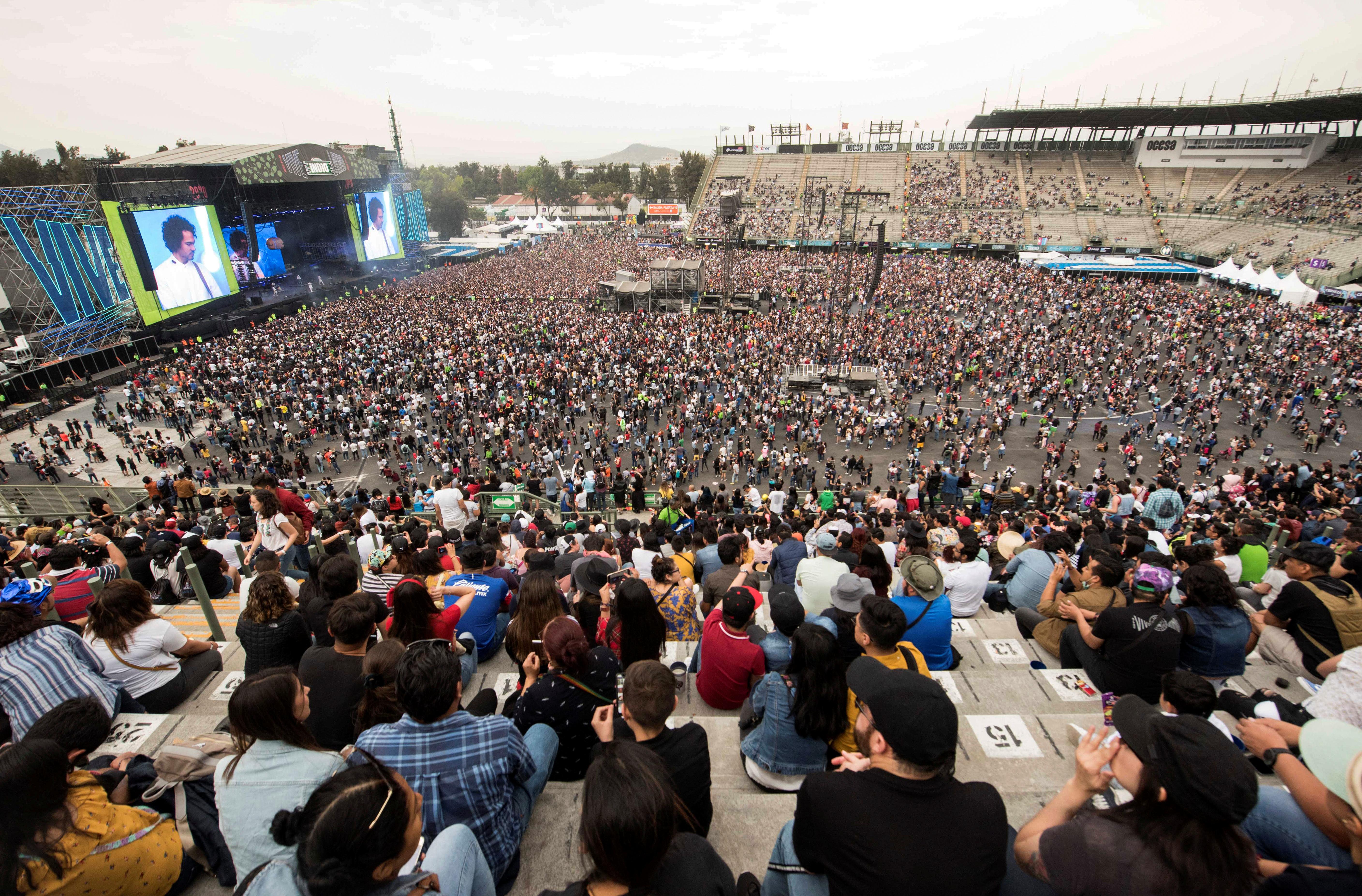 Miles de asistentes durante la presentación de Porter en el festival Vive Latino.
