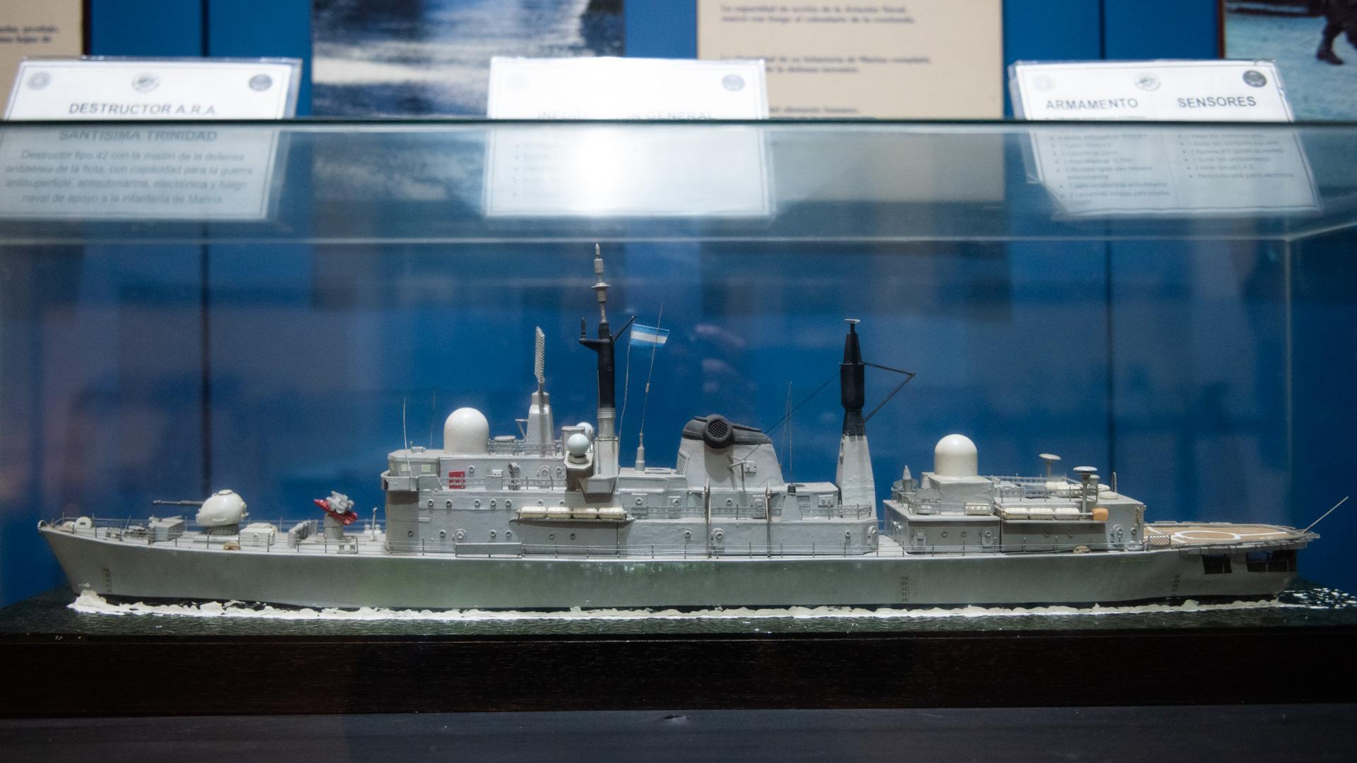 Dentro de las instalaciones del Museo del Ejército Argentino se pueden observar maquetas de la flota de la Armada que participaron en los combates por la recuperación de las Islas Malvinas