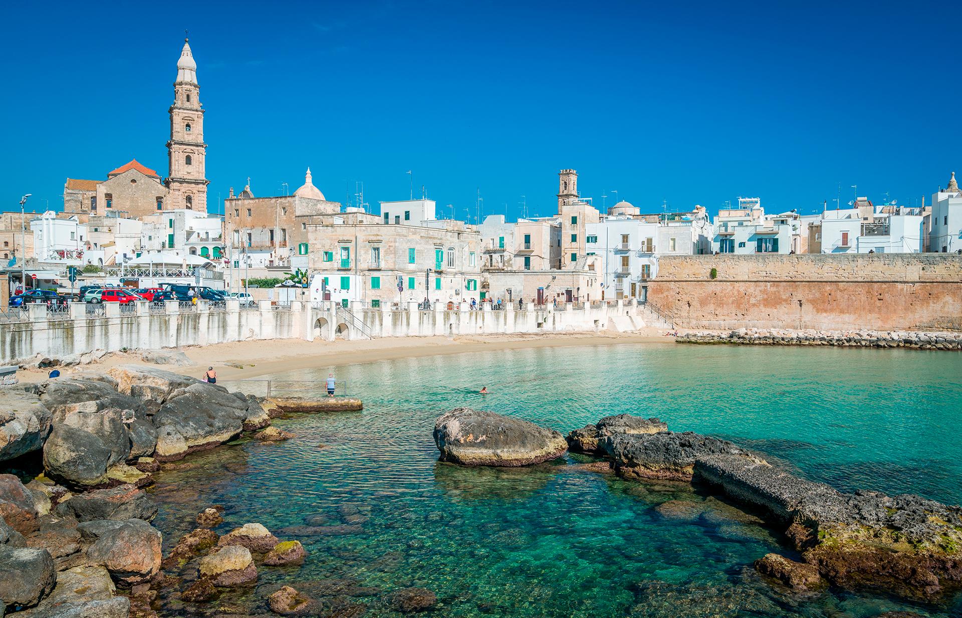 Monopoli es una pequeña ciudad en el lado adriático de Apulia; está específicamente situada en el