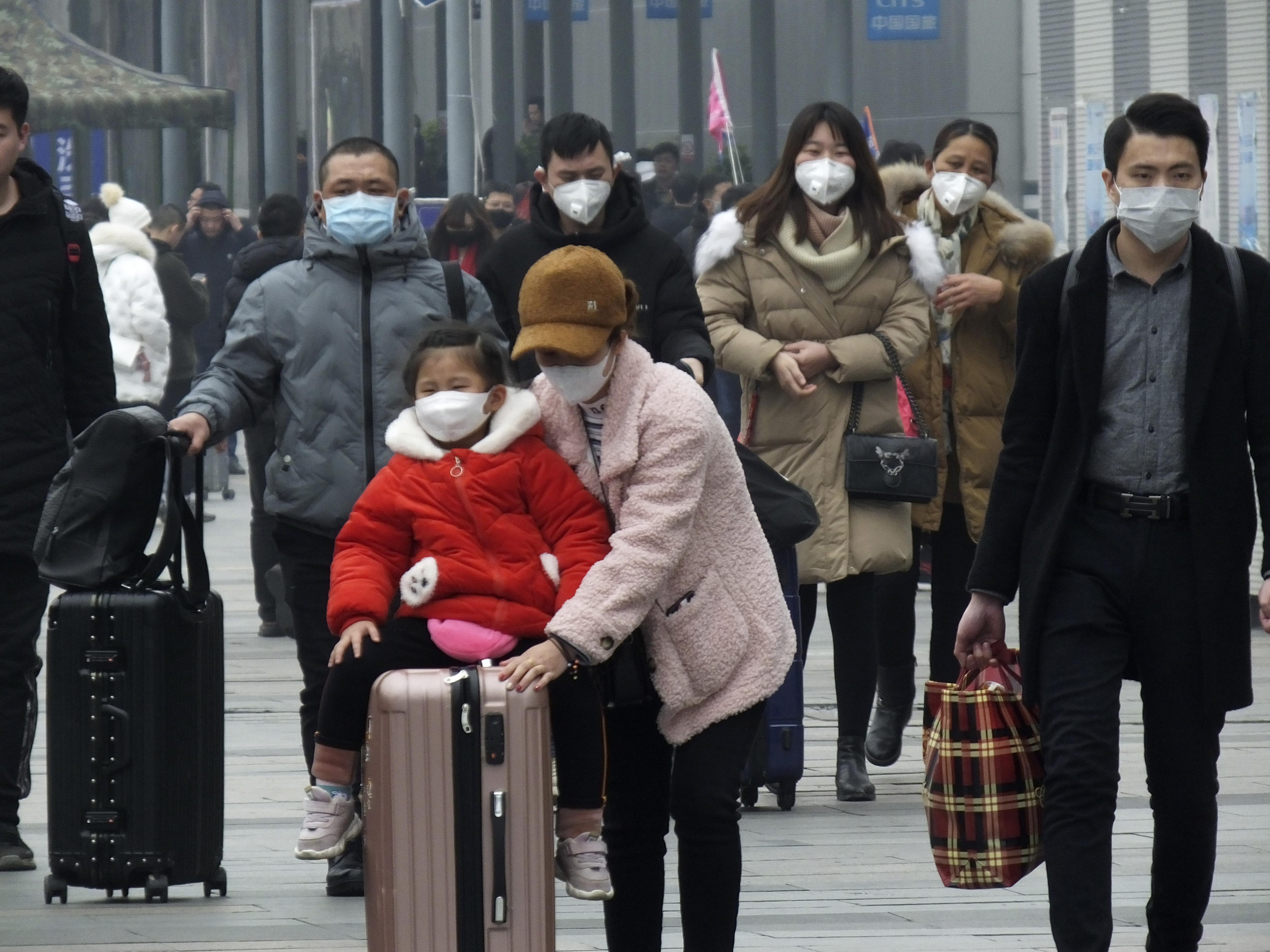 Las máscaras faciales se agotaron y los controles de temperatura en los aeropuertos y estaciones de tren se convirtieron en la nueva norma, ya que China se esforzó el martes por controlar el brote de un nuevo virus que ha llegado a otros cuatro países y territorios y amenaza con propagarse aún más durante la fiebre de los viajes del Año Nuevo Lunar. (Chinatopix a través de AP)