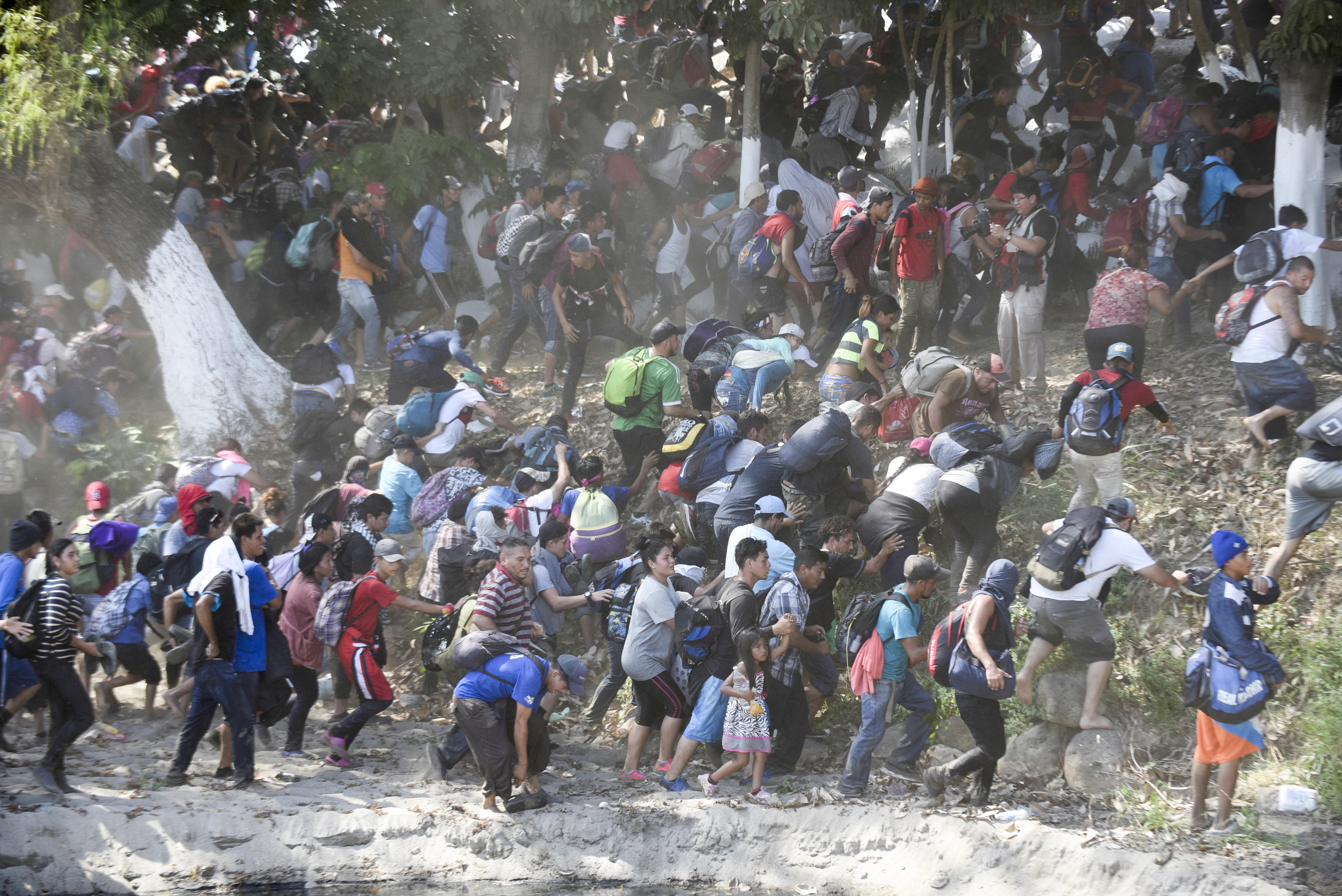 Se reportan al menos cien personas detenidas por la Guardia Nacional después de que intentaran cruzar la frontera por la fuerza (Foto: Johan Ordoñez/AFP)