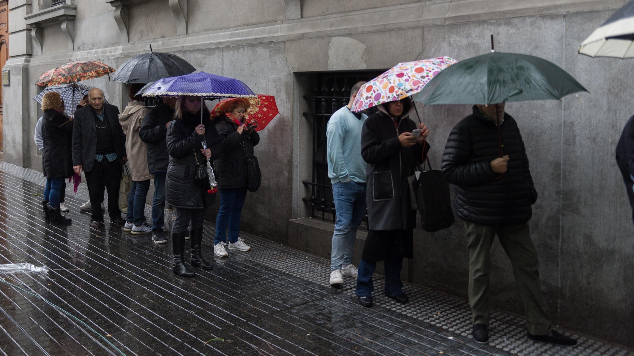 La lluvia no fue impedimento para el último adiós a Cacho