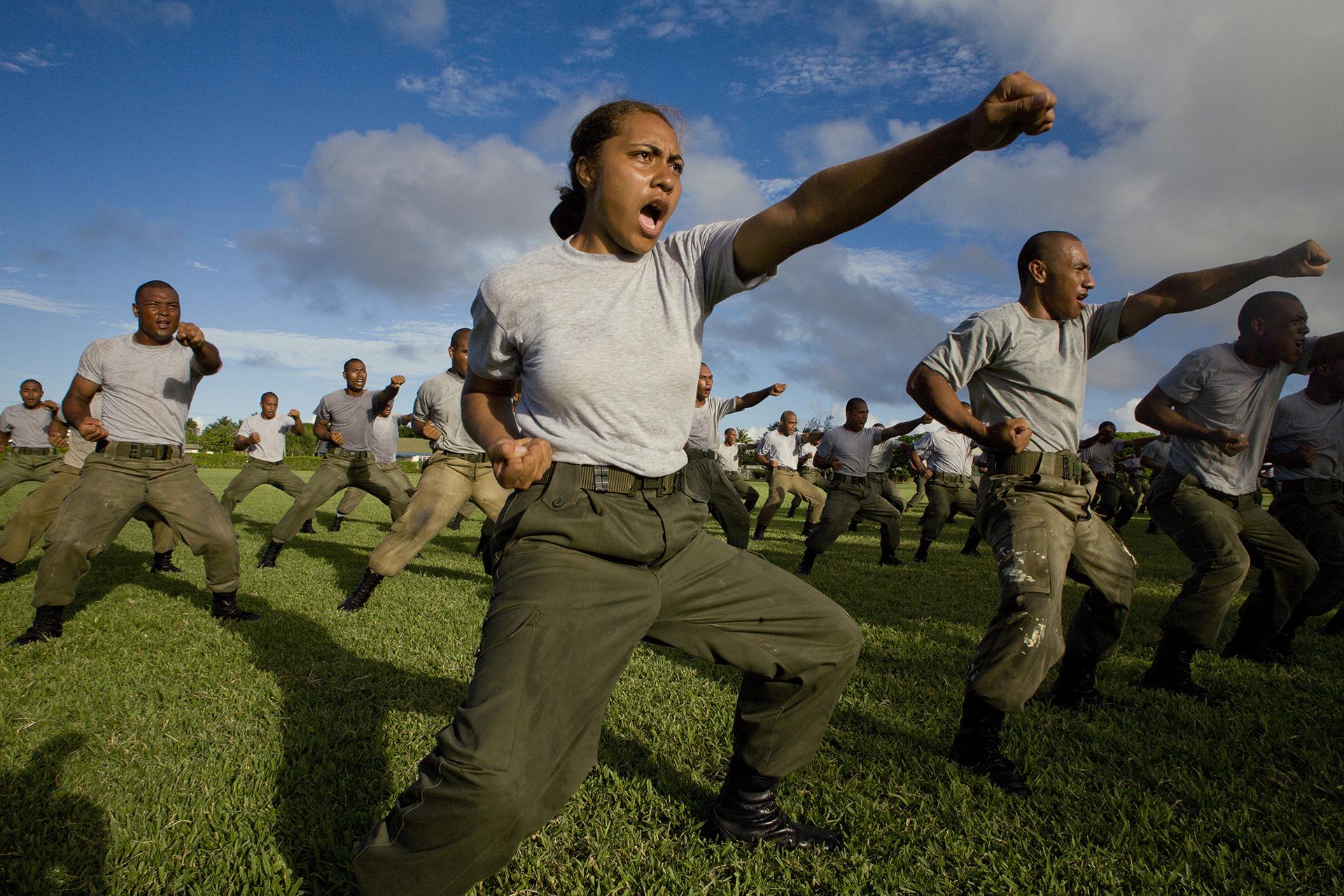 Jóvenes reclutas del servicio de defensa de Tonga demuestran sus habilidades para las artes marciales en la Isla Tongapatu, en Tonga. Amy Toensing, 2007