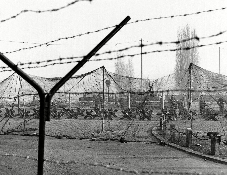 Alemania Oriental refuerza el muro con alambre de púas y guias de acero sobre fijadas al suelo (20 de noviembre de 1961)