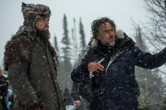 """Iñárritu, a la derecha, junto a Leonardo DiCaprio en el set de """"El renacido"""""""