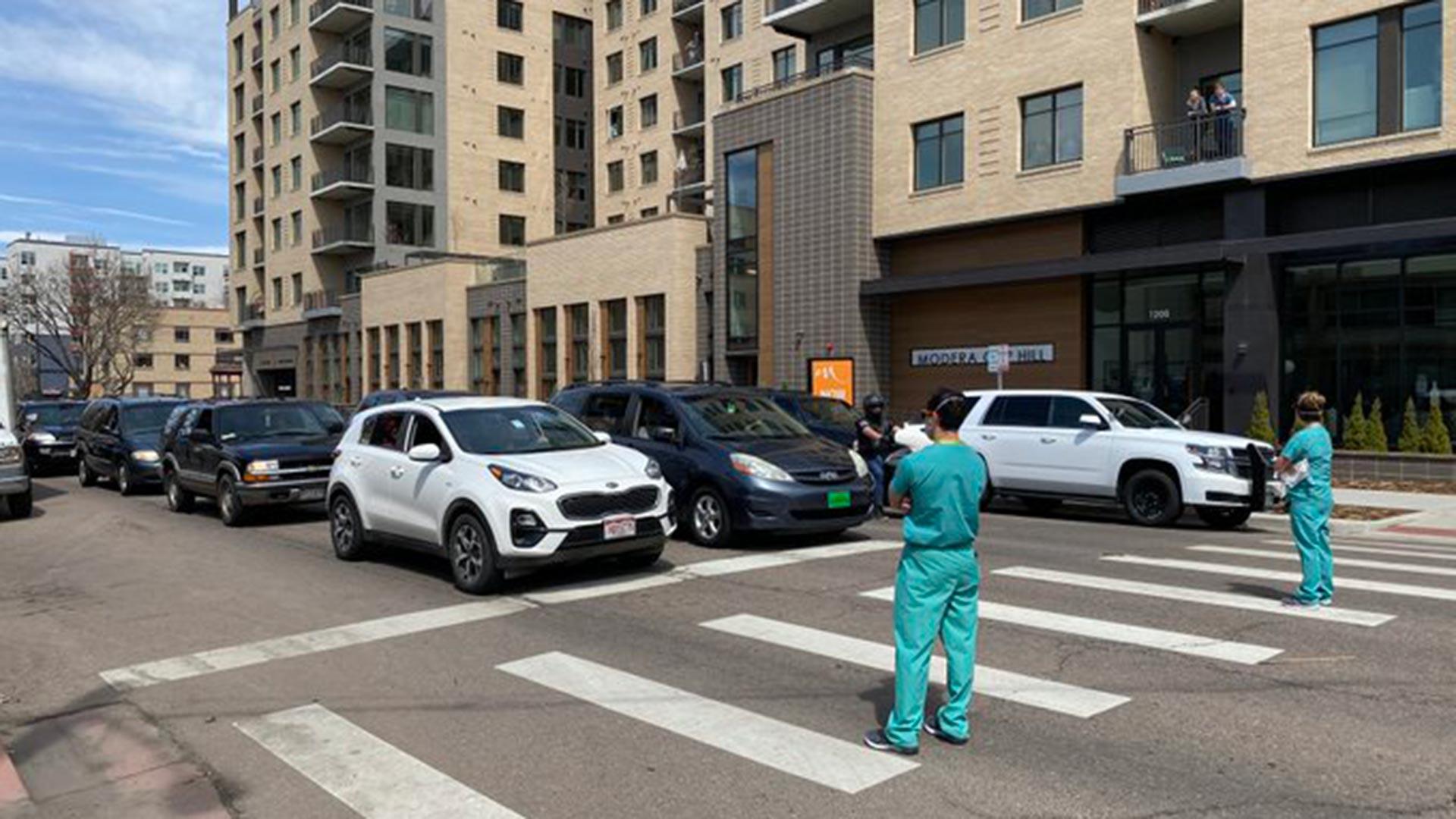 """Los enfermeros lamentaron la """"agresividad"""" de los manifestantes, que no escondían su enojo (@dcwoodruff)"""