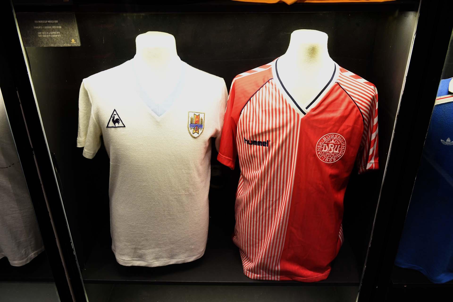 Insignias utilizadas por el uruguayo Jorge Barrios y uno de los hermanos Laudrup en la victoria de Dinamarca por 6-1 en el Mundial 86 (Nicolás Stulberg)
