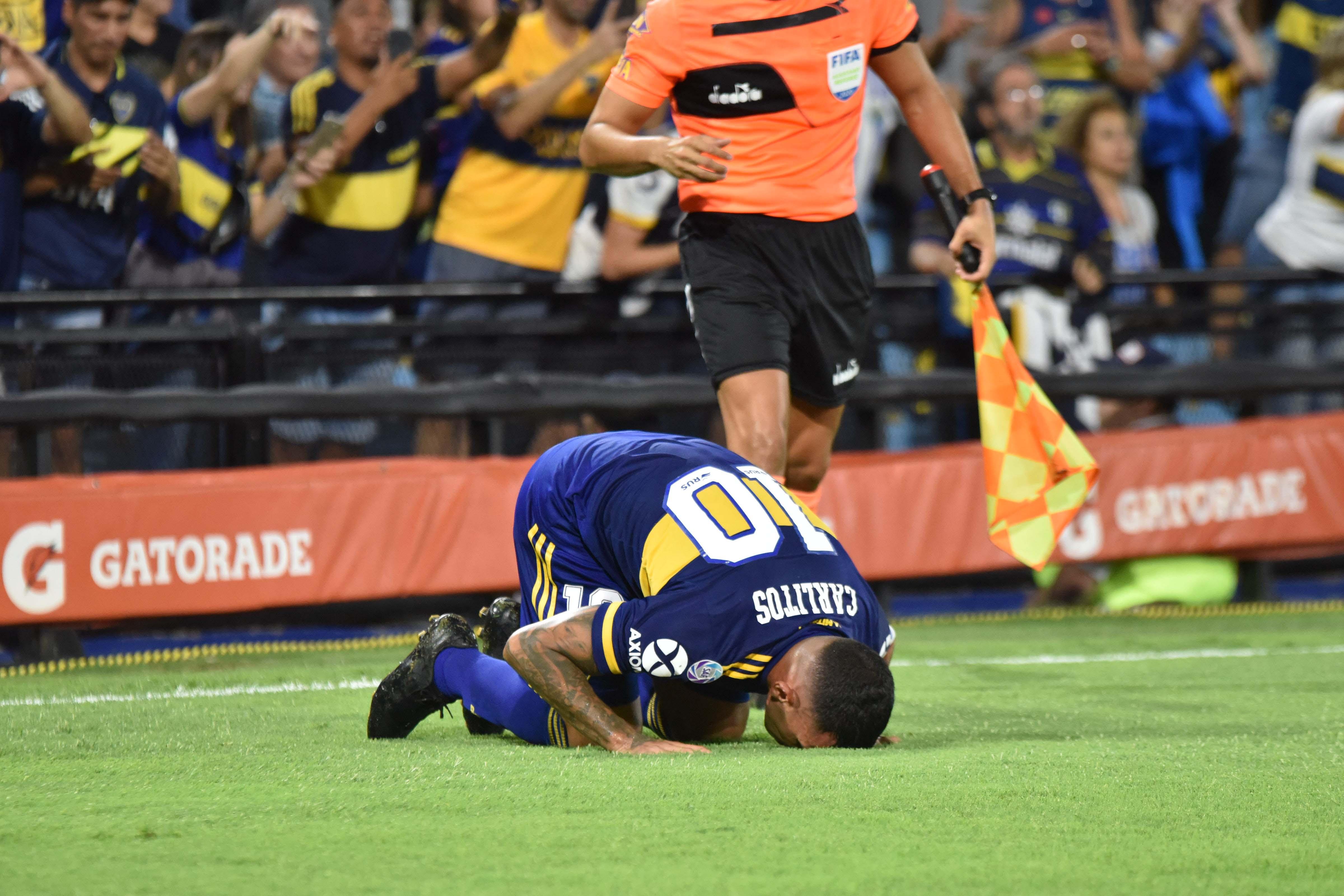 Tevez besando el campo de juego de la Bombonera (Foto: Franco Fafasuli)