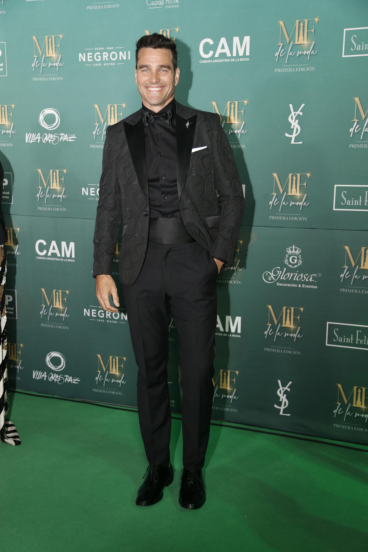Hernán Drago, nominado a mejor estilo panelista masculino, vestido por Tito de Matices con un smoking total black