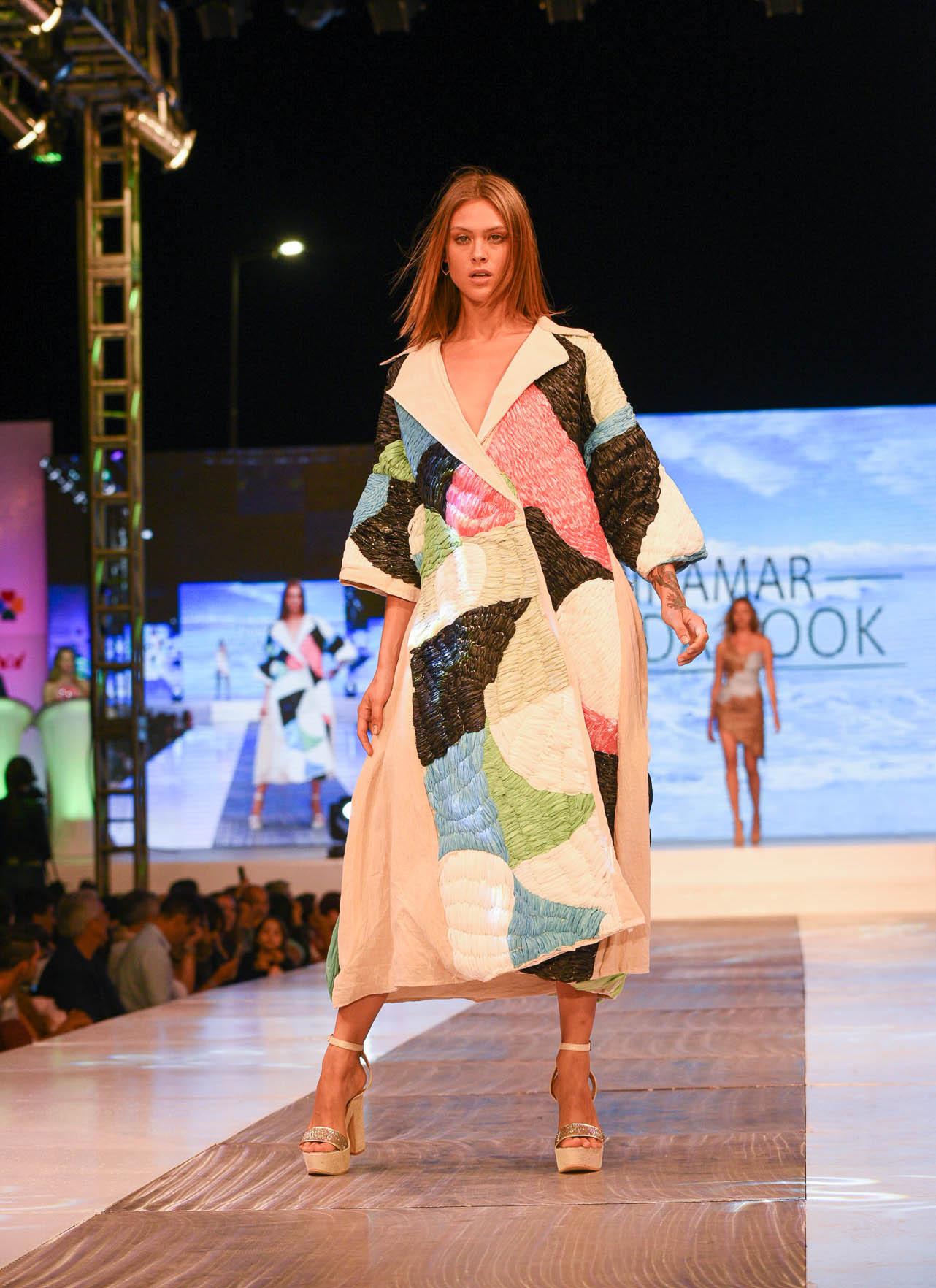 """Una de los momentos destacados de la segunda parte del desfile fue sin dudas la colección propuesta por la Escuela Argentina de Moda. En """"Yo soy una textura ecológica"""" los diseñadores optaron por materiales en desuso y materiales sustentables"""