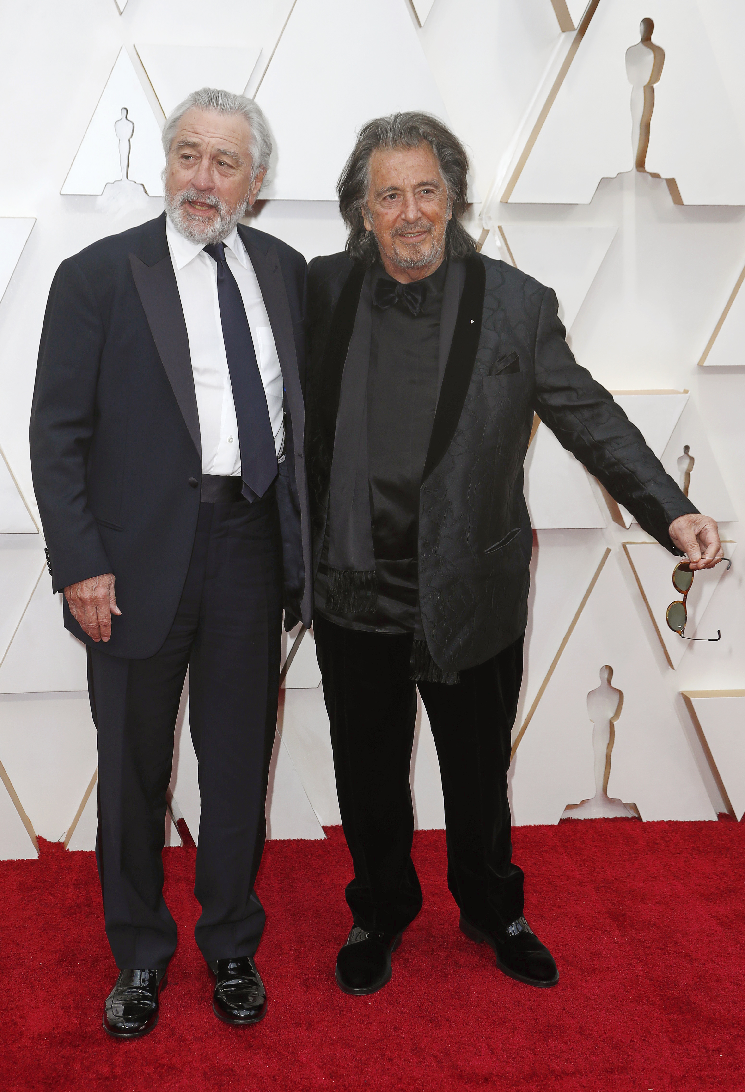 Robert De Niro y Al Pacino. De Niro, apostó a un traje clásico negro con camisa blanca y corbata negra, mientras que Al, optó por un look total black, con pantalón de chiffón y chal