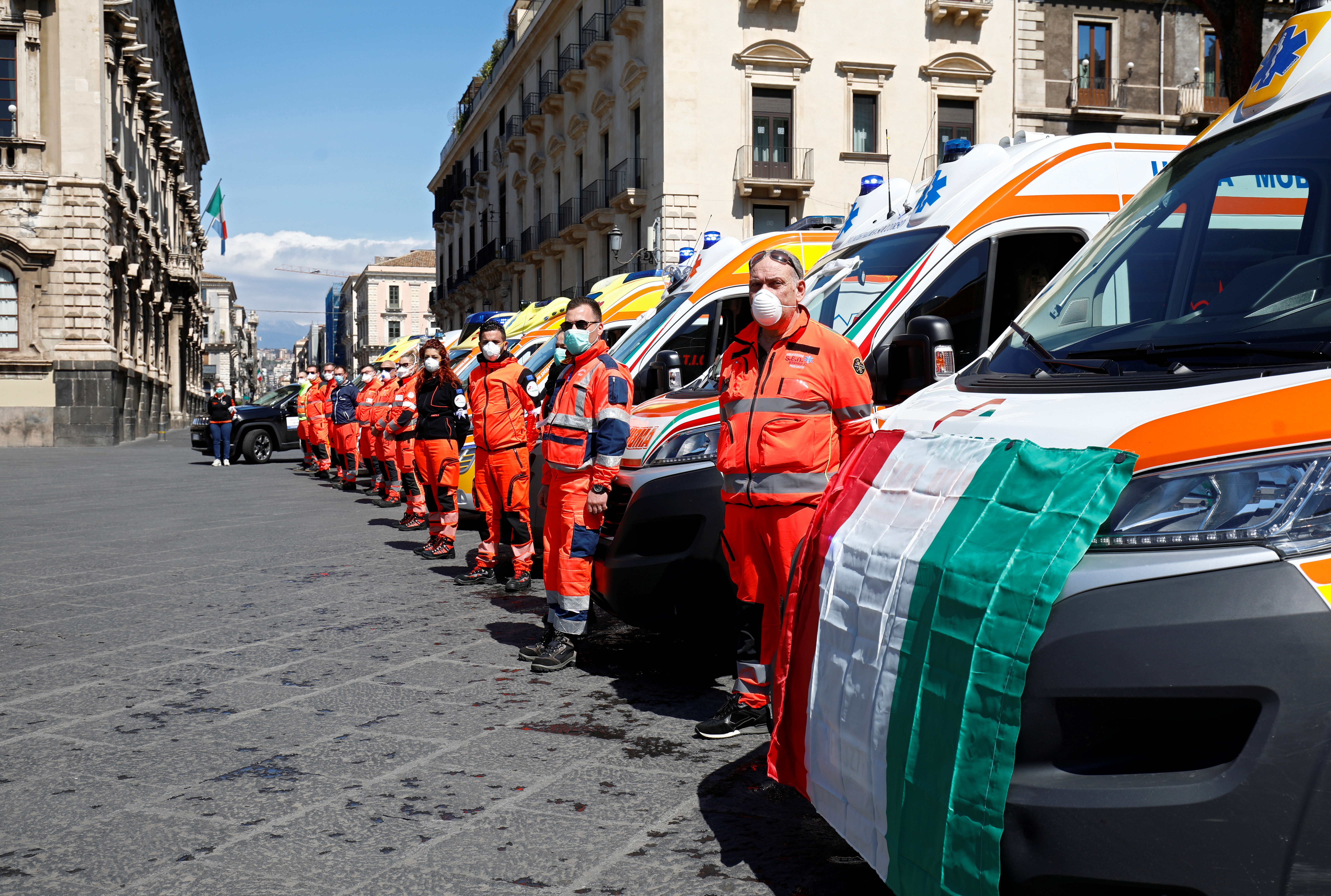 Personal de emergencia durante la emergencia en Catania (REUTERS/Antonio Parrinello)
