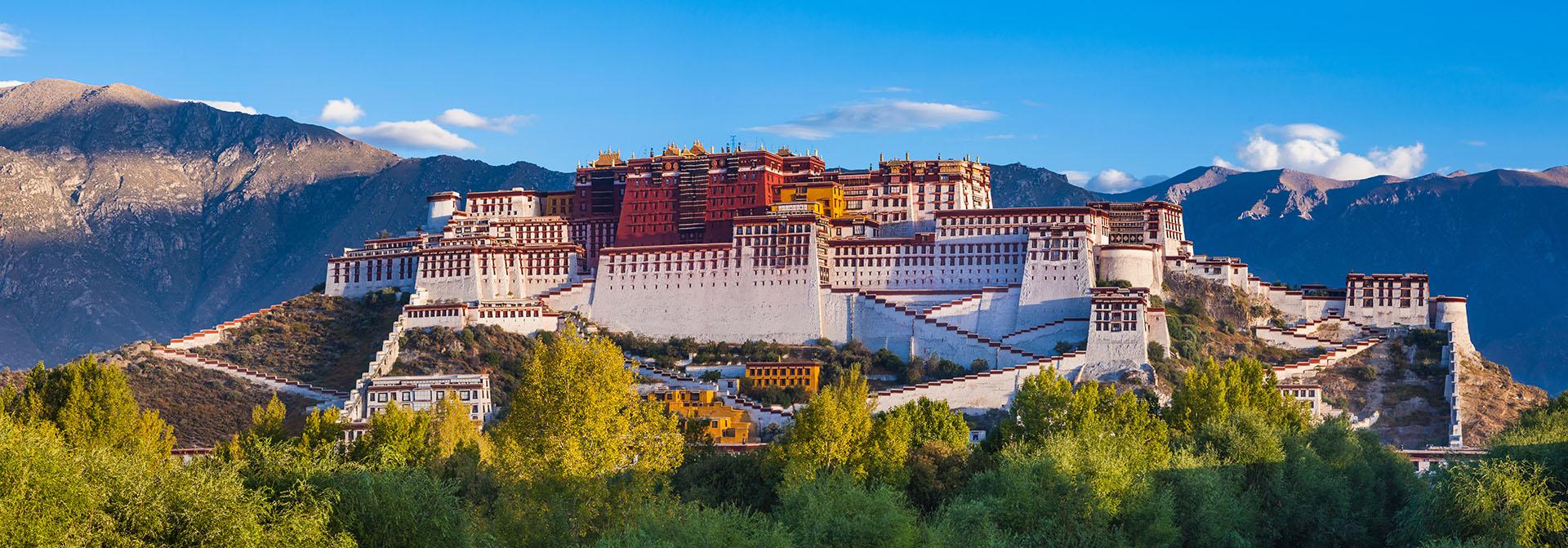 En las montañas del Himalaya y a más de 3.700 metros sobre el nivel del mar, se alza el Palacio de Potala, una majestuosa estructura que ha sido la residencia del Dalai Lama por más de 300 años