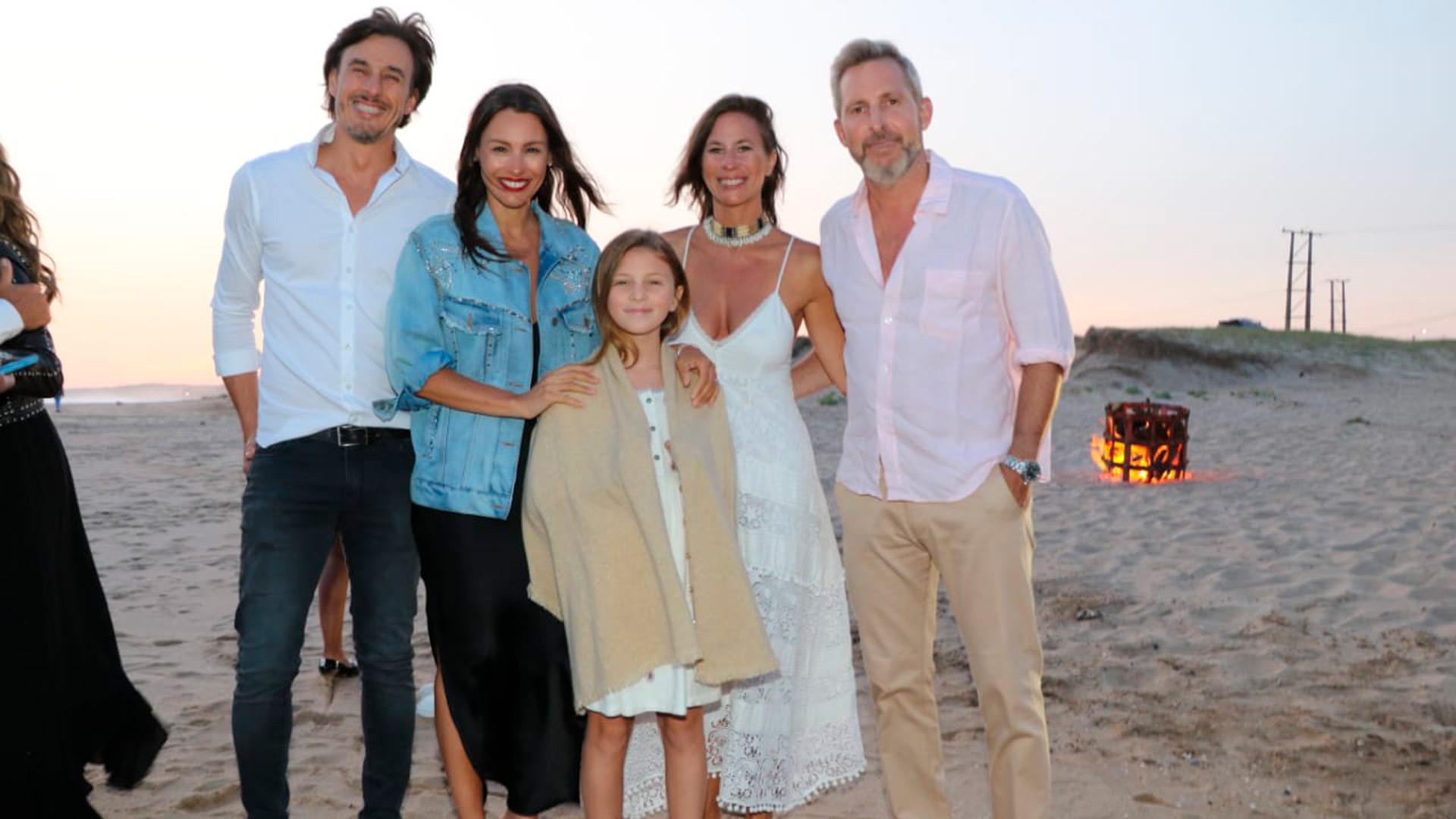 Pampita junto a su marido Roberto García Moritán, Rogelio Frigerio y Victoria Costoya durante el cumpleaños de la modelo y conductora de televisión, quien lejos de los vestidos ajustados, eligió uno suelto y se abrigó con una campera de jean