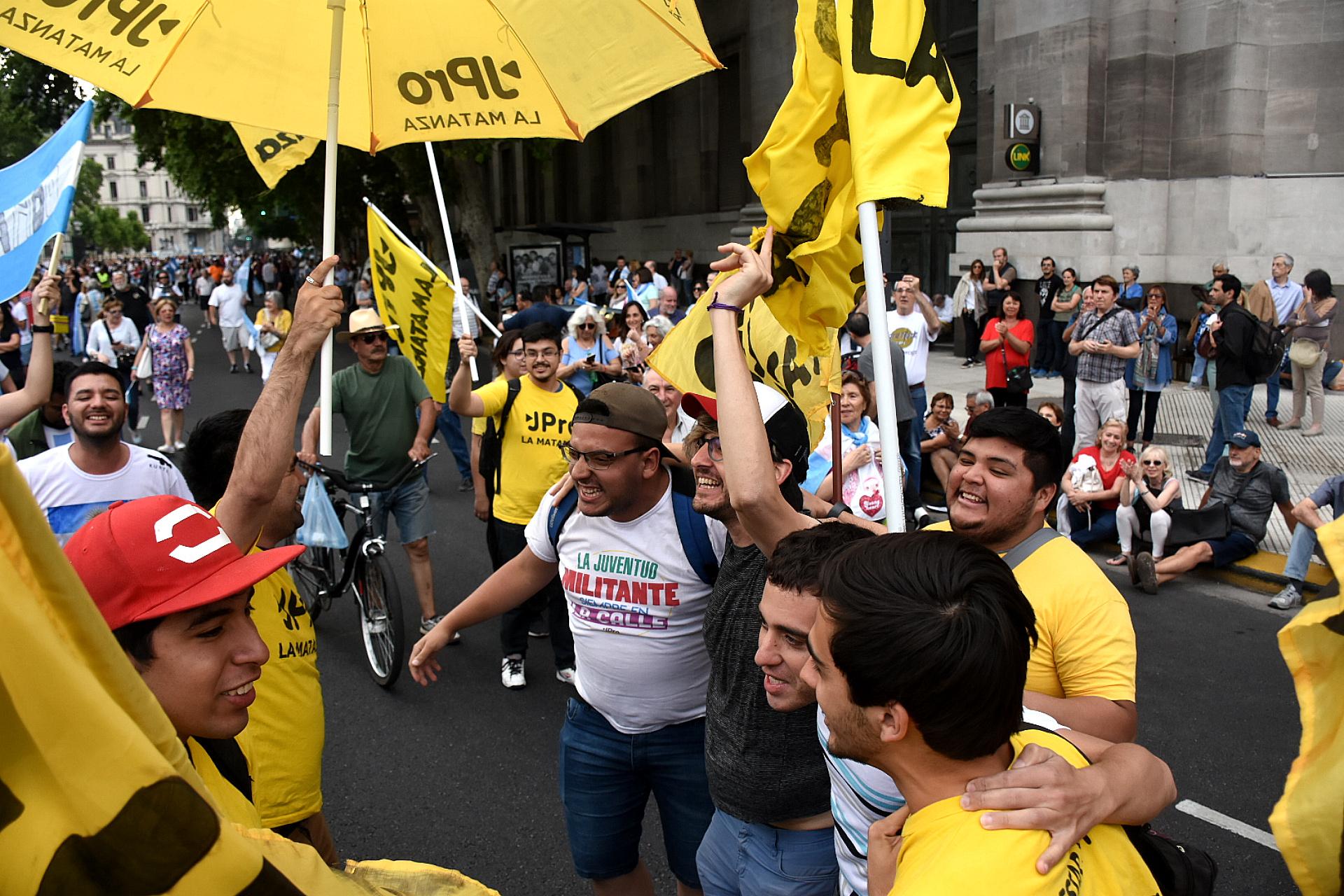 Con remeras partidarias, militantes de la juventud del PRO se acercaron al acto de despedida